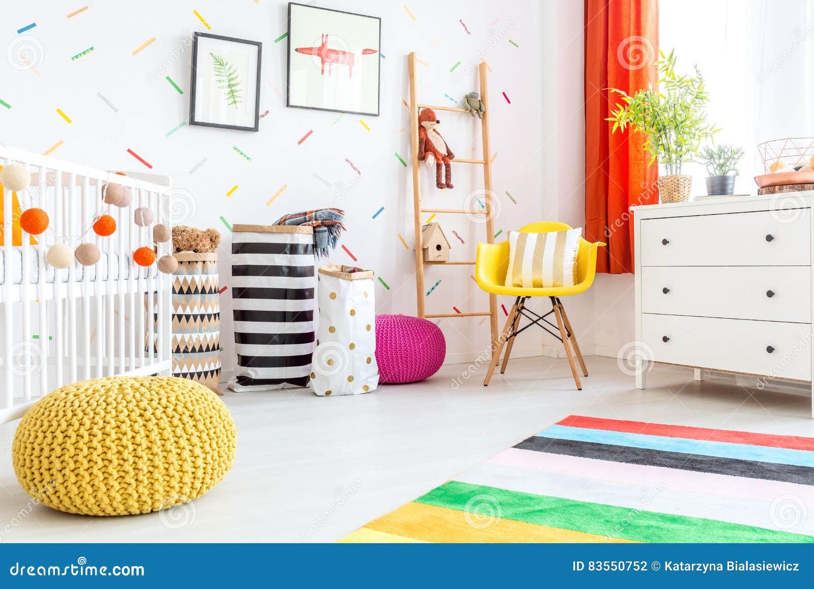 Camera da letto del bambino con il pouf giallo fotografia stock immagine di nuovo luce 83550752 - Pouf camera da letto ...