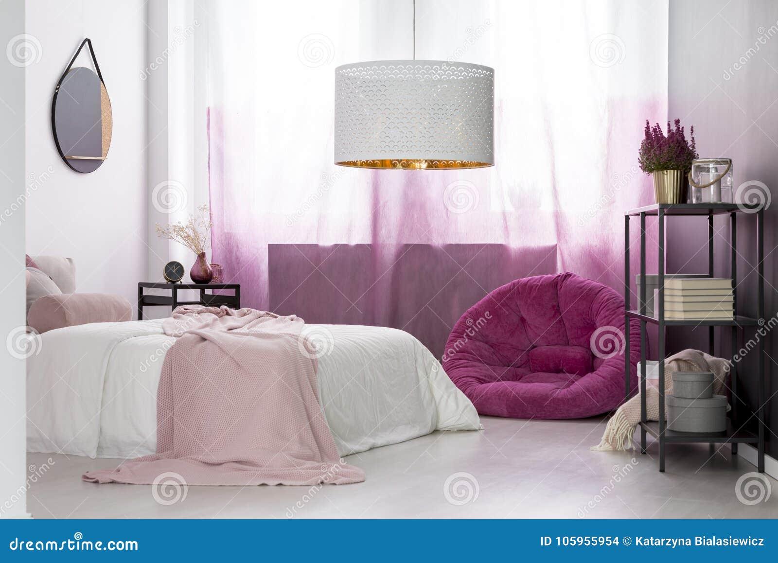 Camera da letto del ` s della ragazza con il pouf rosa fotografia