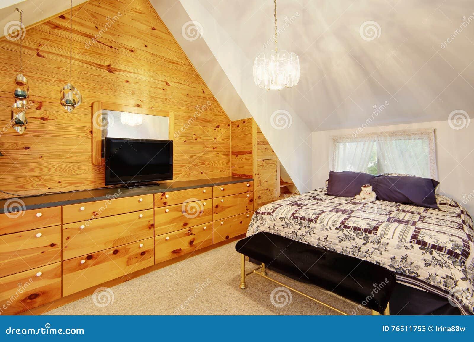 Camera da letto del soffitto arcato con la parete rivestita di legno immagine stock immagine - Foto camera da letto ...