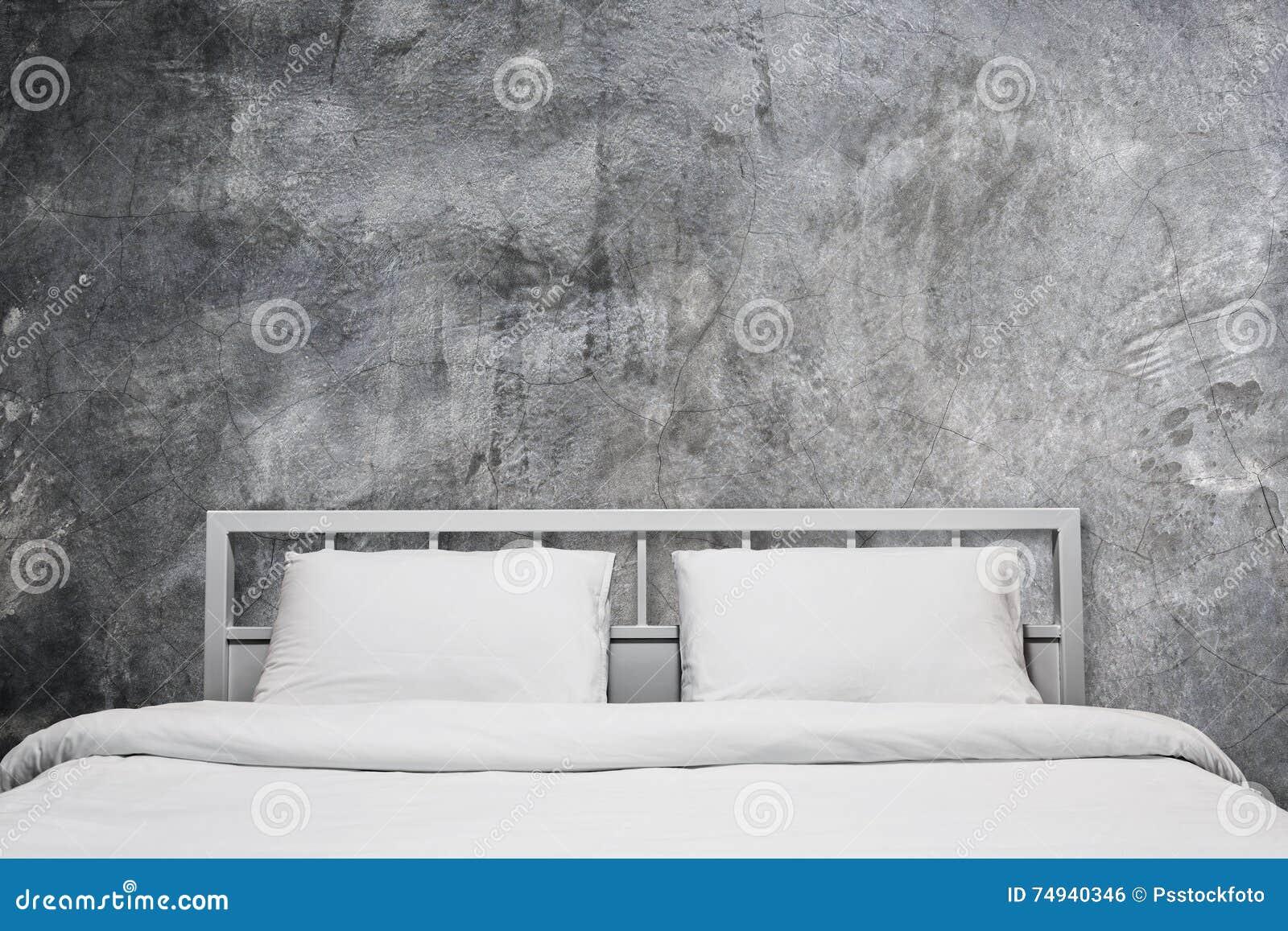 Camera da letto del sottotetto con la parete grigia del - Camera da letto del papa ...