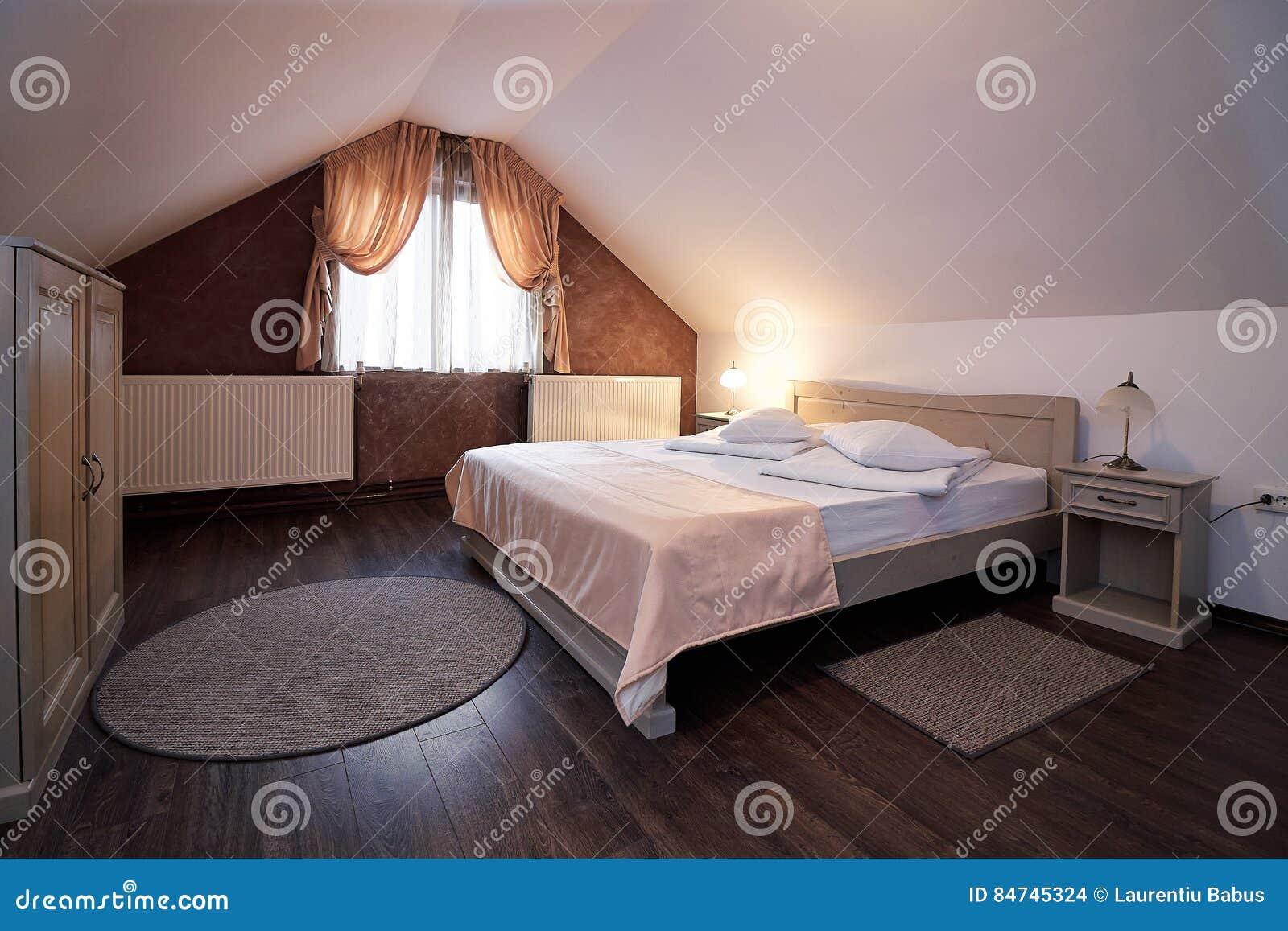 Camera Da Letto Della Mansarda Dell\'hotel Fotografia Stock ...