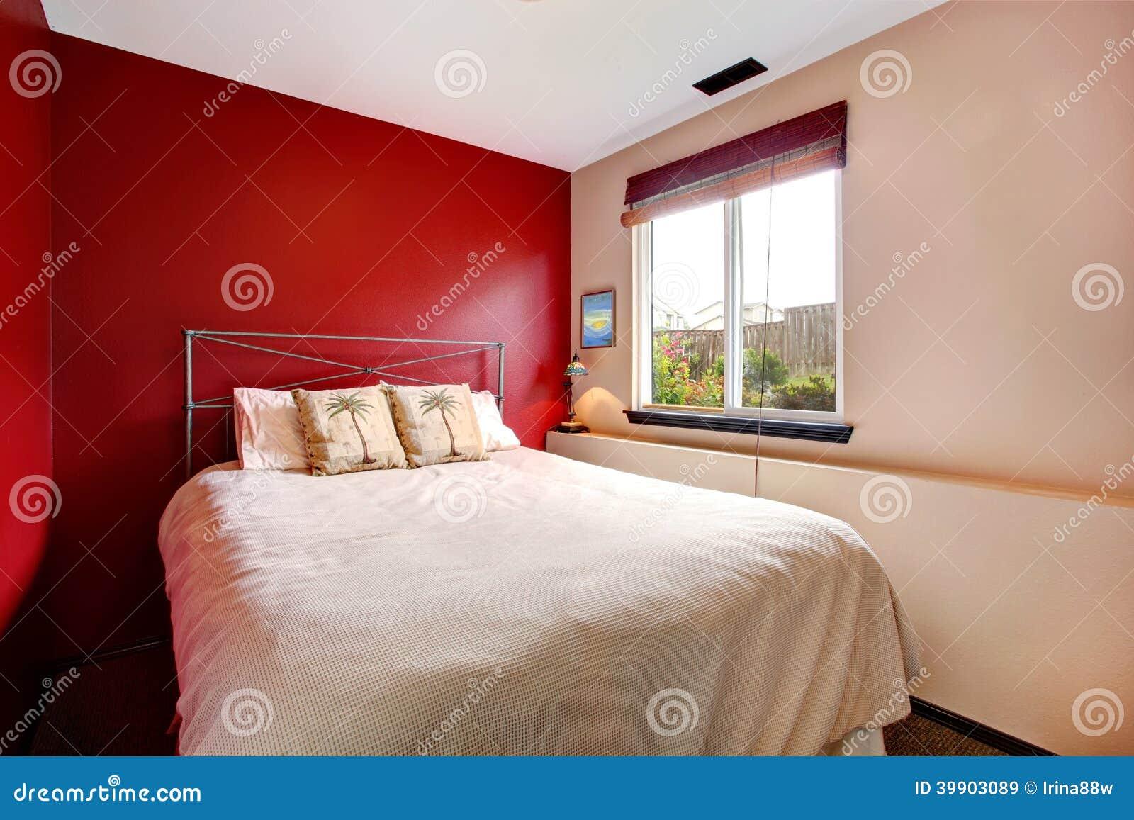Camera da letto della parete di contrasto con lettiera - La finestra della camera da letto ...