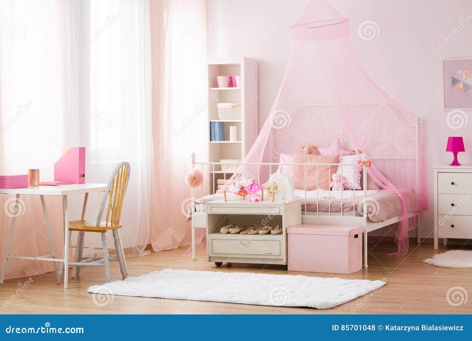 Camere Da Letto Con Letto A Baldacchino : Camera da letto della ragazza con il letto del baldacchino