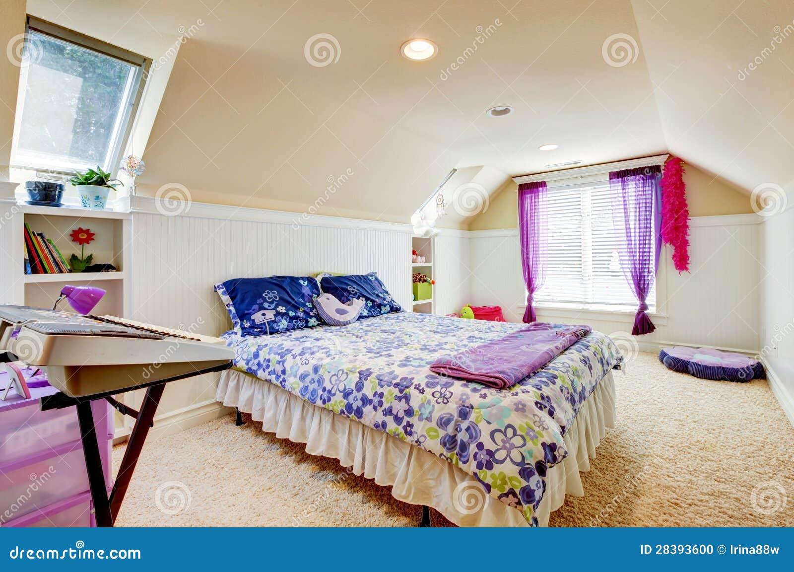 Camera da letto della ragazza con il soffitto della - Arredare camera ragazza ...