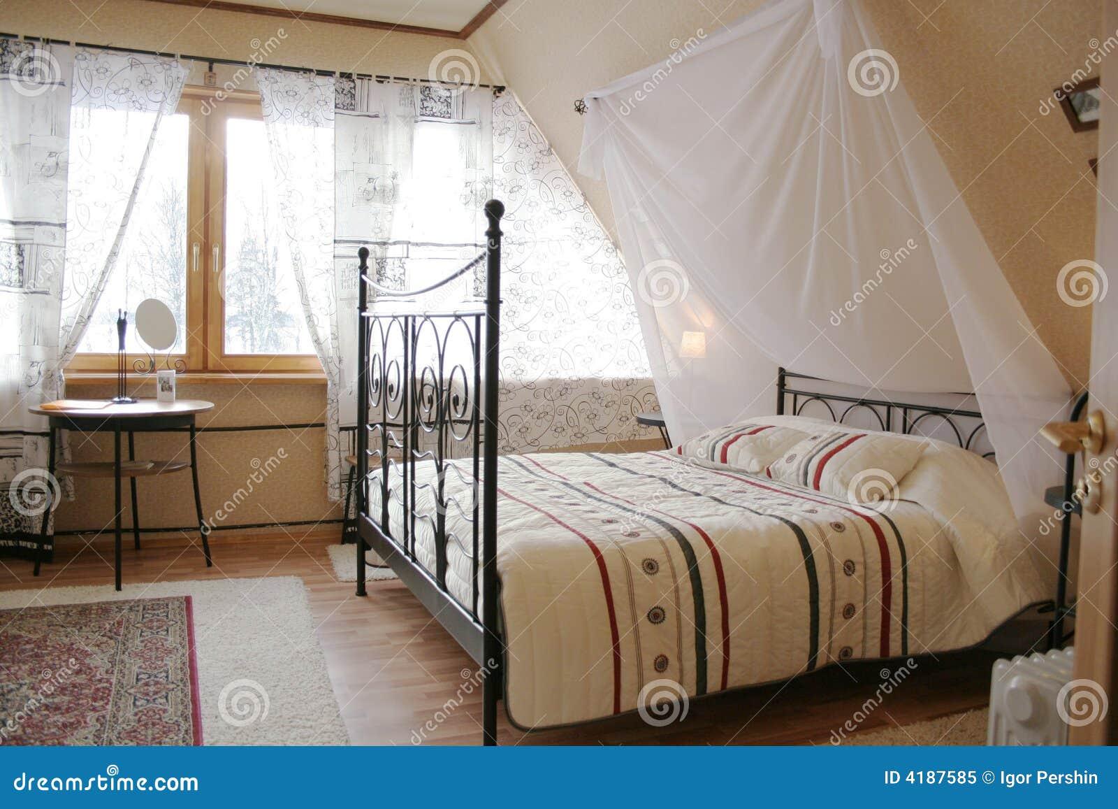 Camera da letto della soffitta fotografia stock libera da for Camera da letto del soffitto della cattedrale