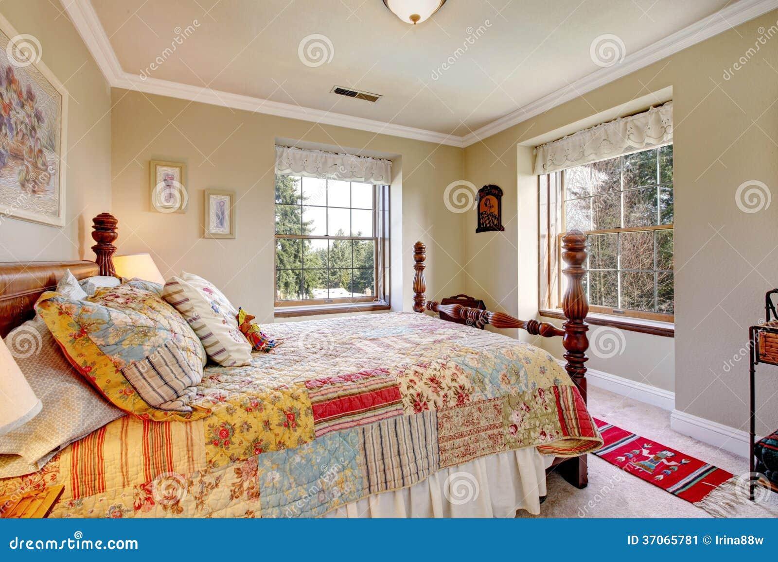 Camera da letto di colori caldi con un letto antiquato immagine stock immagine di americano - Parti di un letto ...