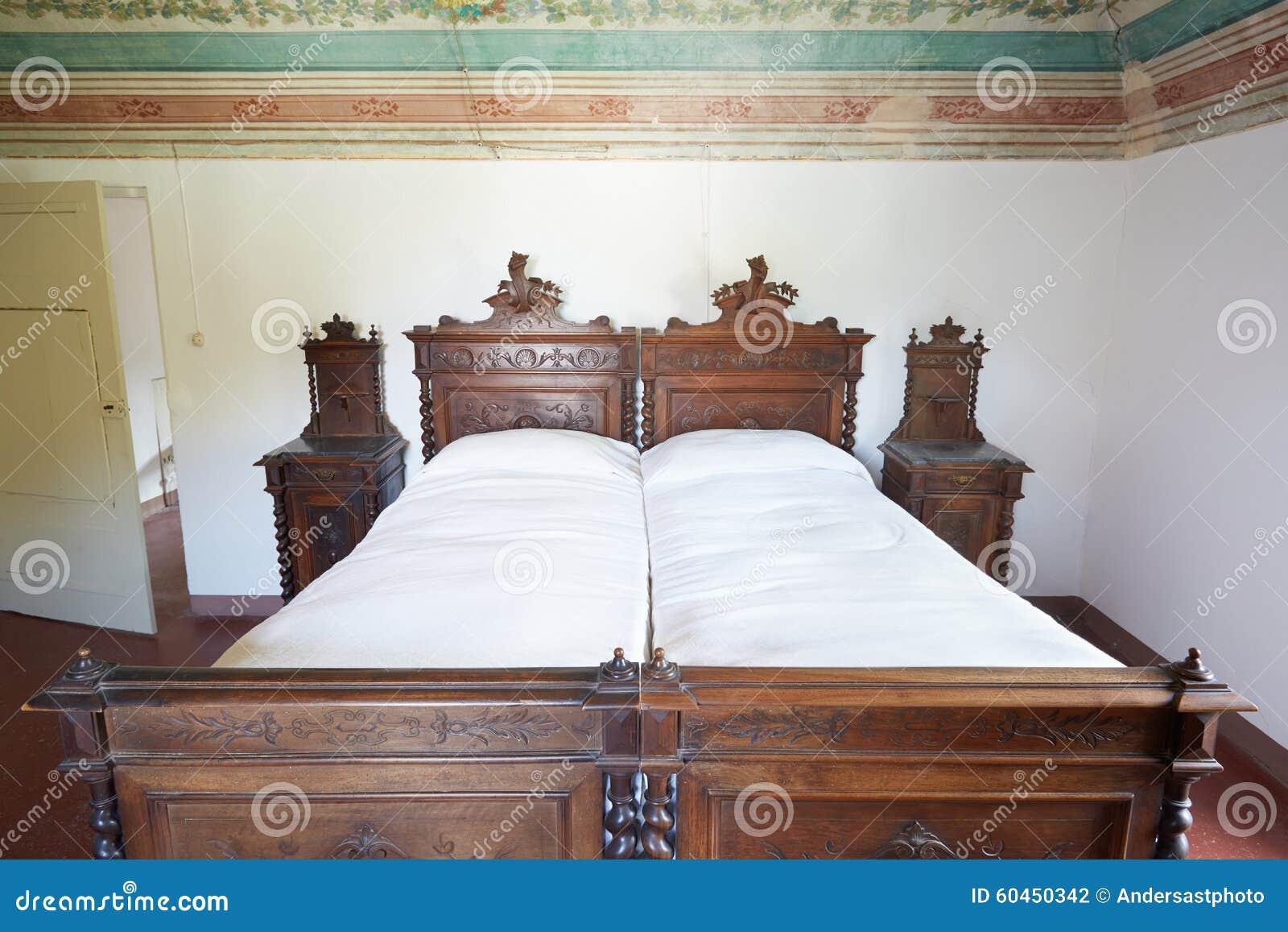 Camera da letto di legno in casa antica fotografia stock - Camera da letto in legno ...
