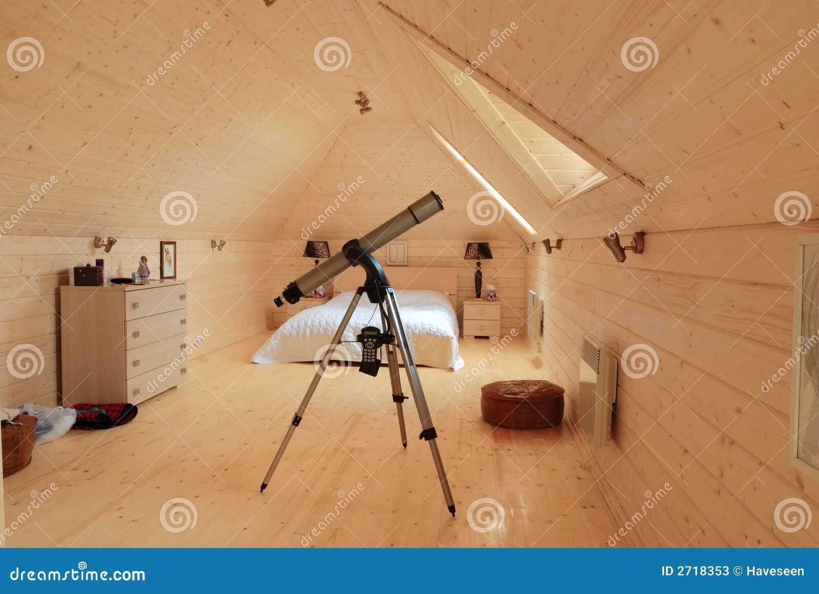 Camera da letto di legno con il telescopio immagine stock for 12 piani casa di lusso camera da letto