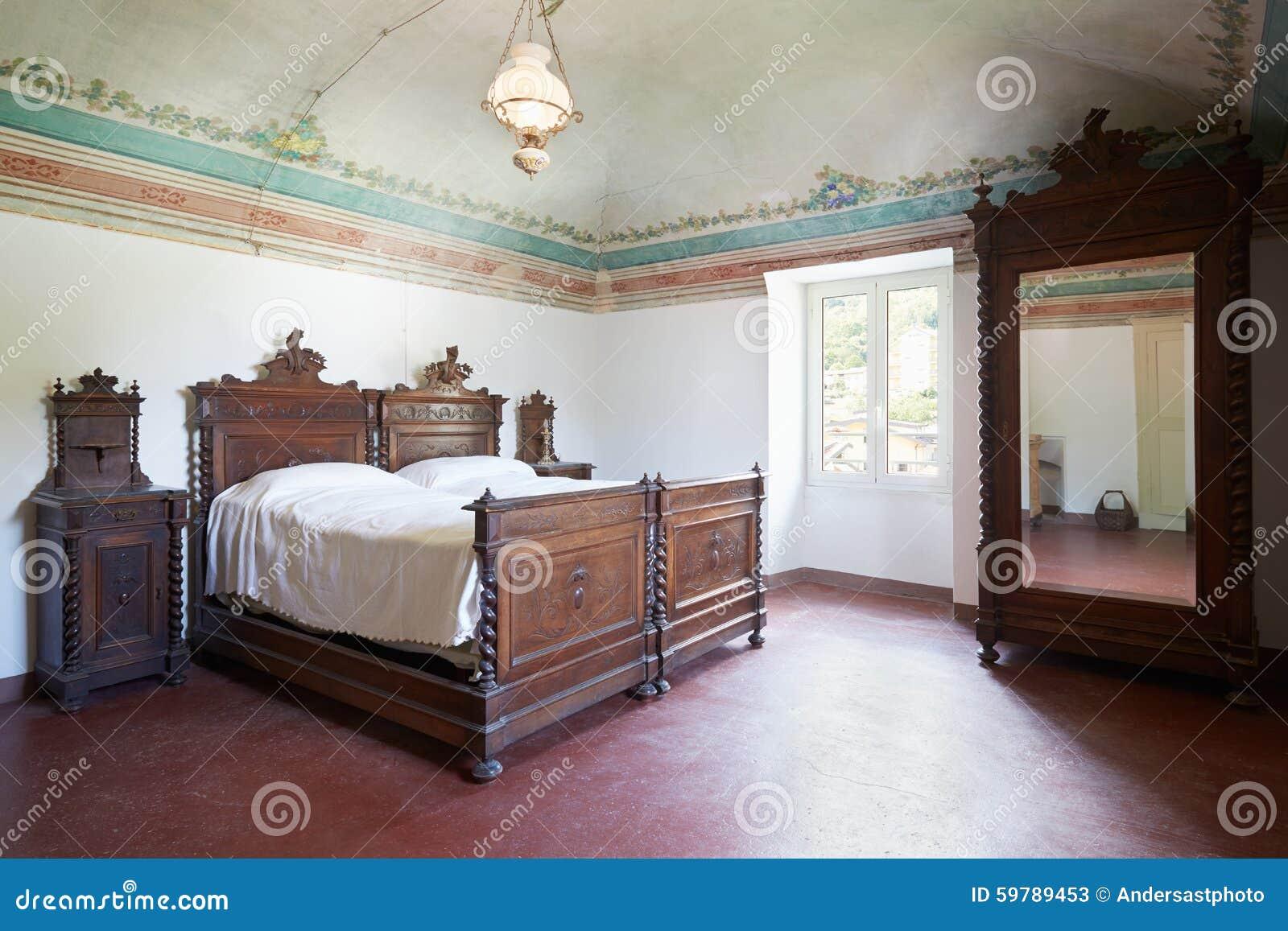 Camera da letto di legno nell 39 interno antico con l 39 affresco fotografia stock immagine 59789453 - Camera da letto legno ...
