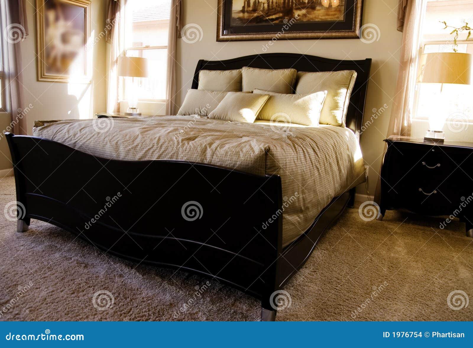 Camera da letto di lusso con la mobilia e le tessile fini della ...