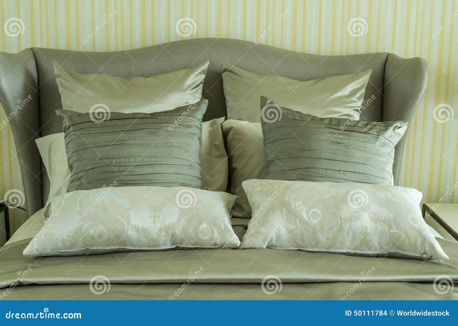 Camera da letto di lusso con i cuscini fotografia stock immagine di apparecchiatura adattato - Letto con cuscini ...