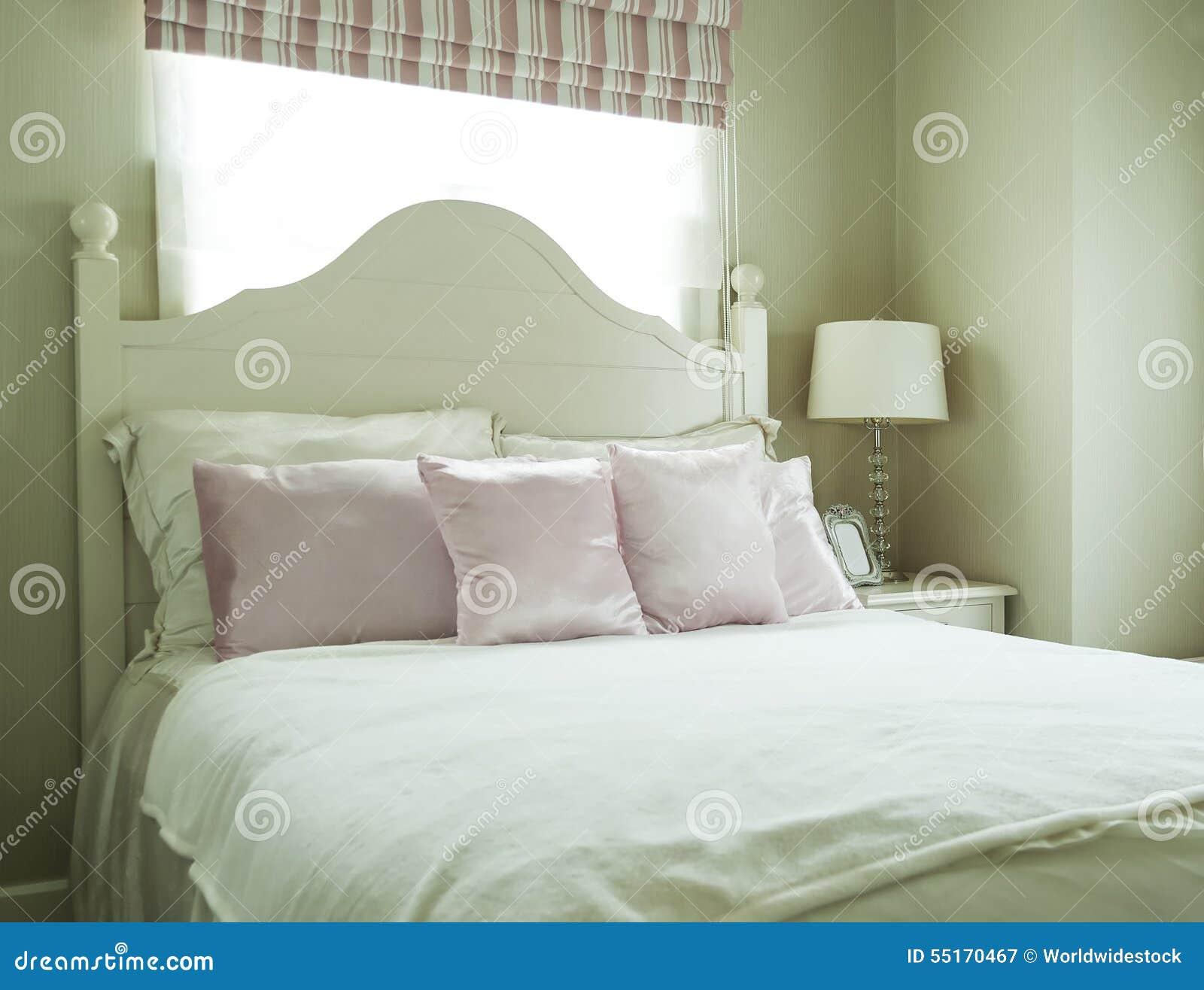 Camera da letto di lusso con i cuscini e la lampada di scrittorio immagine stock immagine di - Letto con cuscini ...