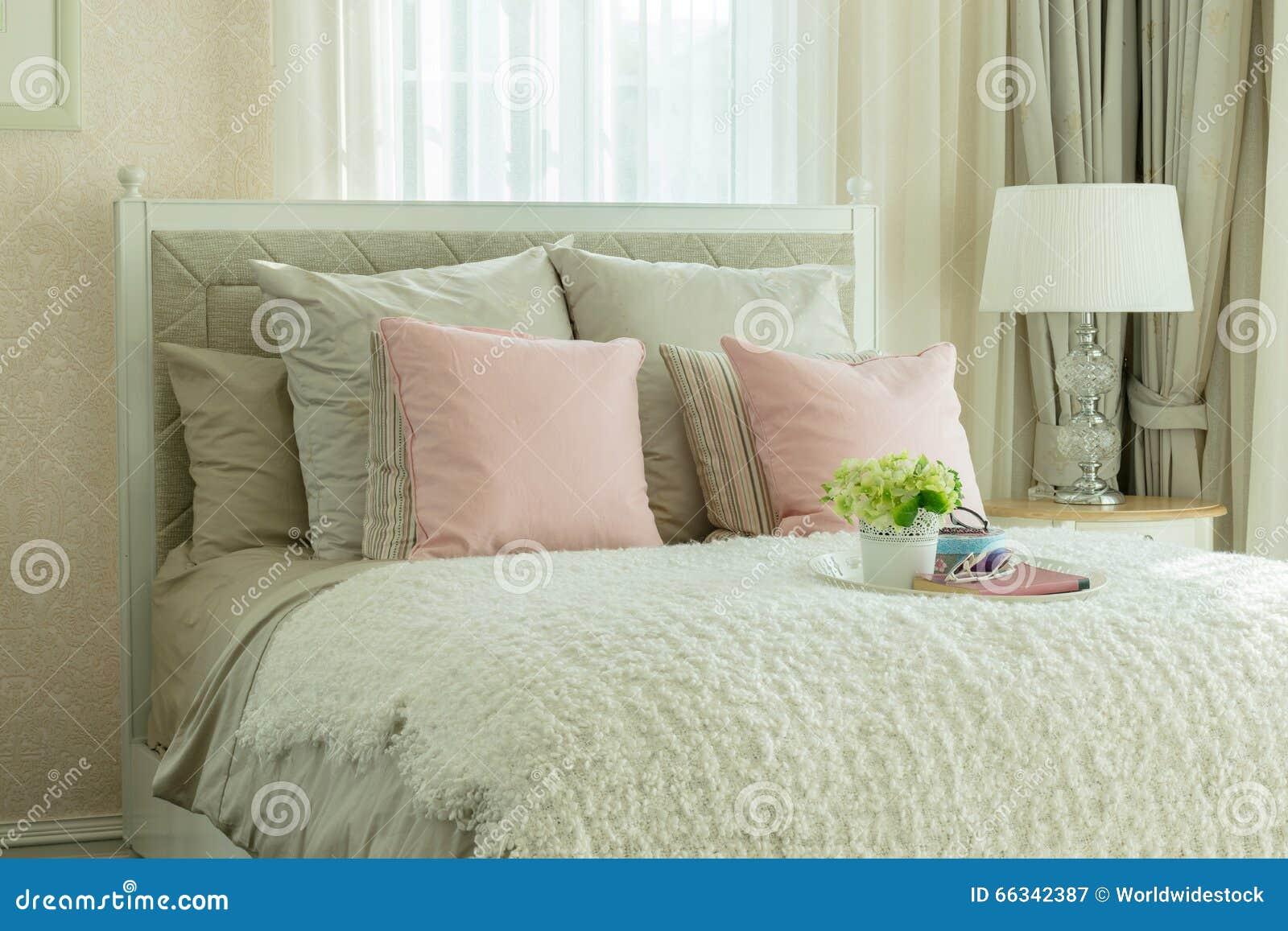 Camera da letto di lusso con i cuscini rosa ed il vassoio decorativo immagine stock immagine - Letto con cuscini ...