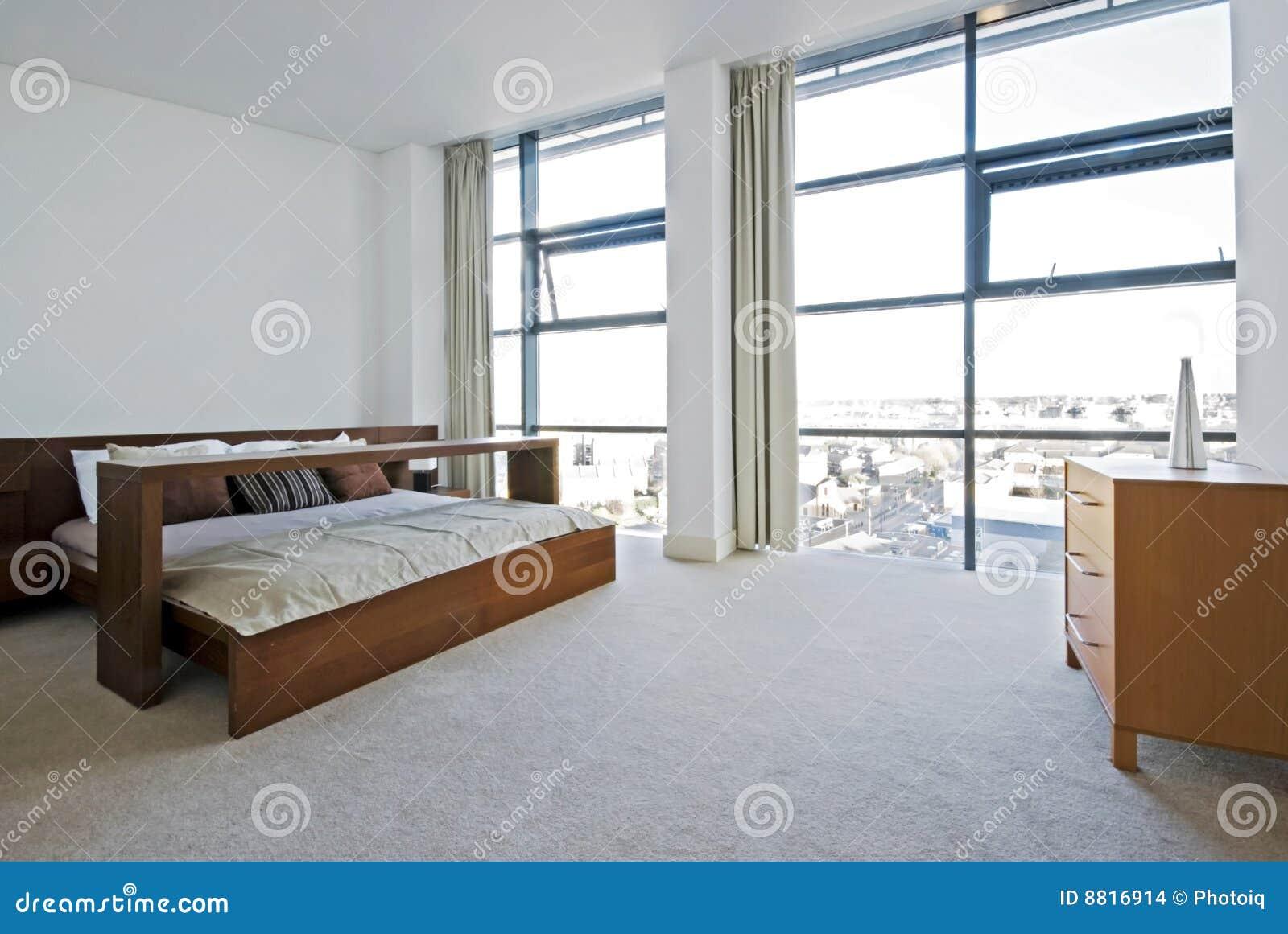 Camera da letto di lusso con il pavimento alle finestre for Finestre a soffitto