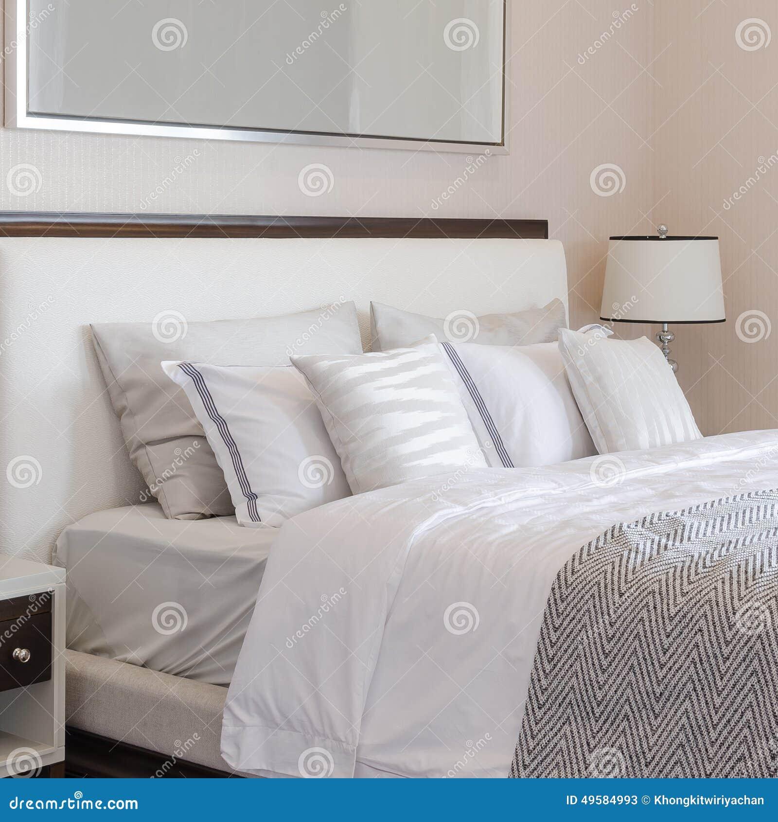 camera da letto di lusso con la lampada classica bianca sulla ... - Camera Da Letto Classica Bianca