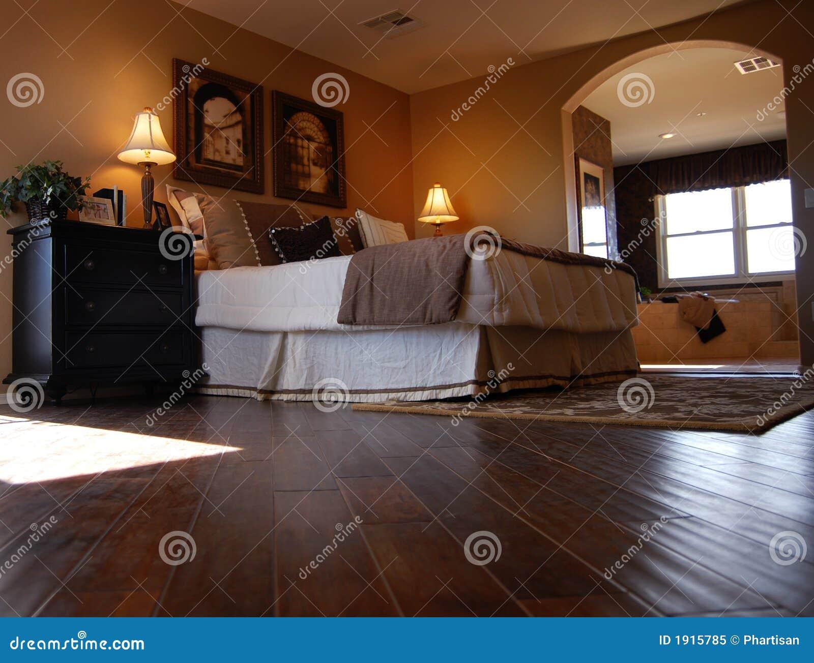 Camera da letto di lusso con la pavimentazione del legno duro immagine stock immagine di - Pavimento camera da letto ...