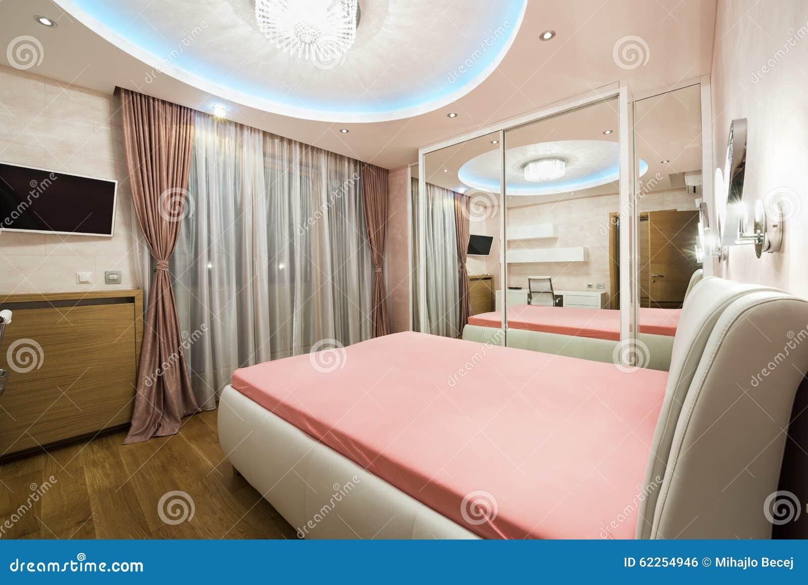 Plafoniere Camera Da Letto Moderne : Camera da letto di lusso con le plafoniere moderne fotografia