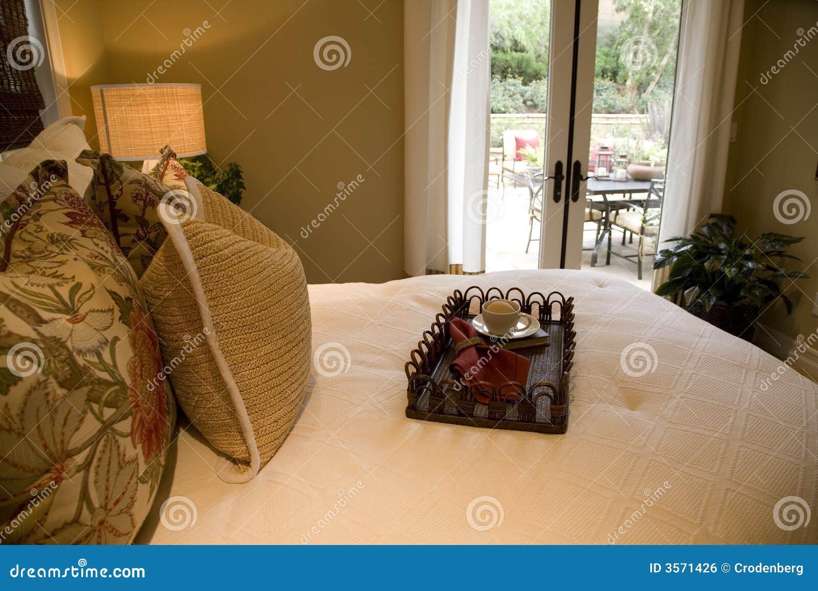 Camera da letto di lusso moderna.