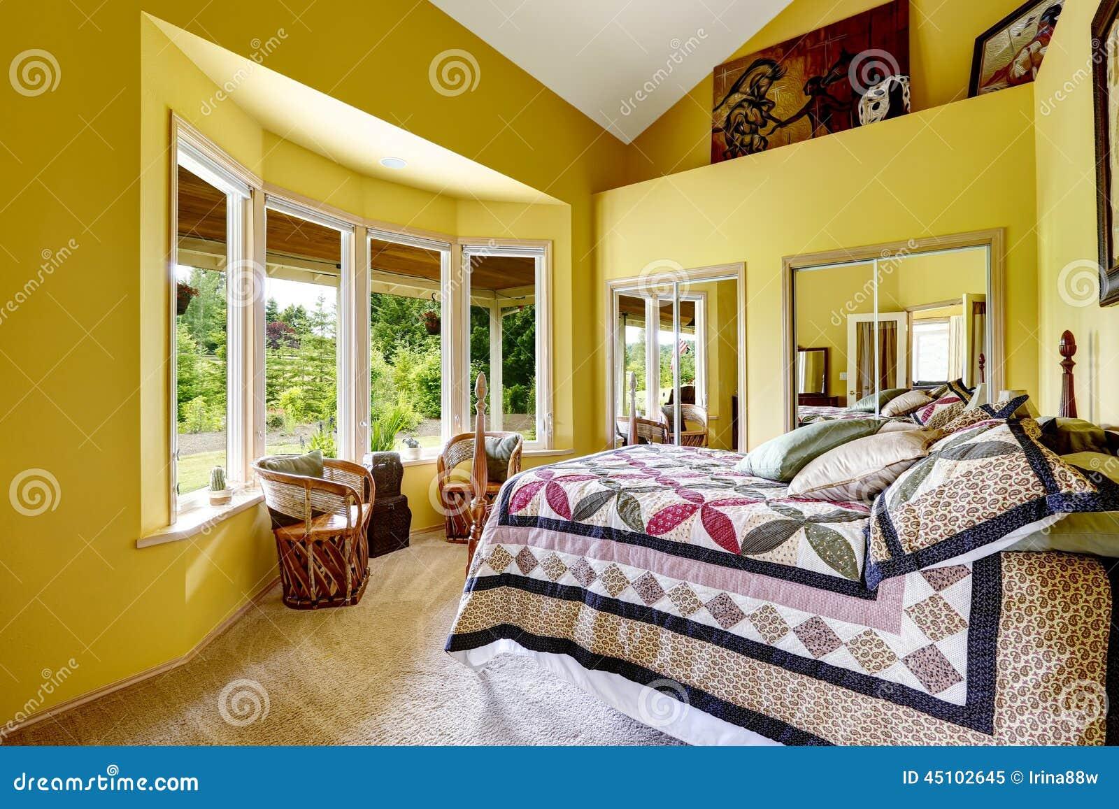 Camera da letto di lusso nel colore giallo luminoso for 12 piani casa di lusso camera da letto