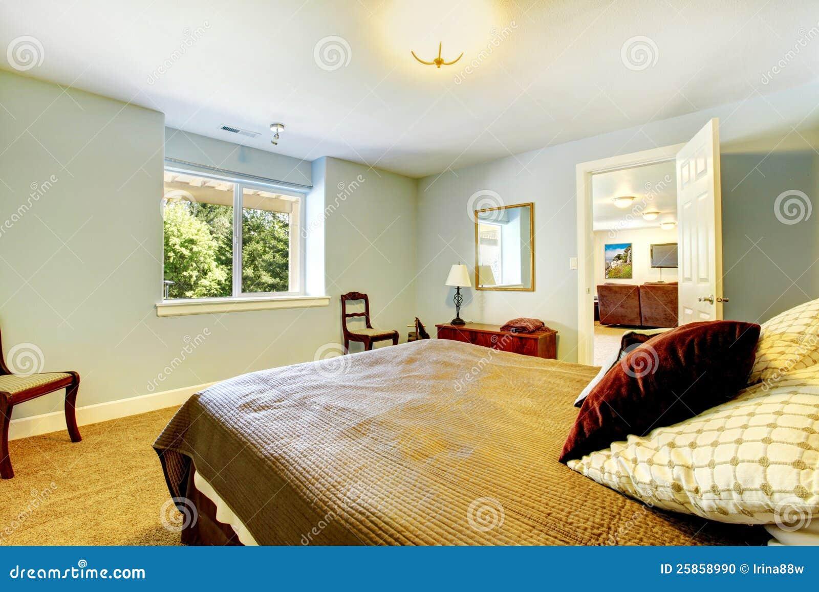 ... Stock: Camera da letto di ospite con le pareti blu e la base marrone