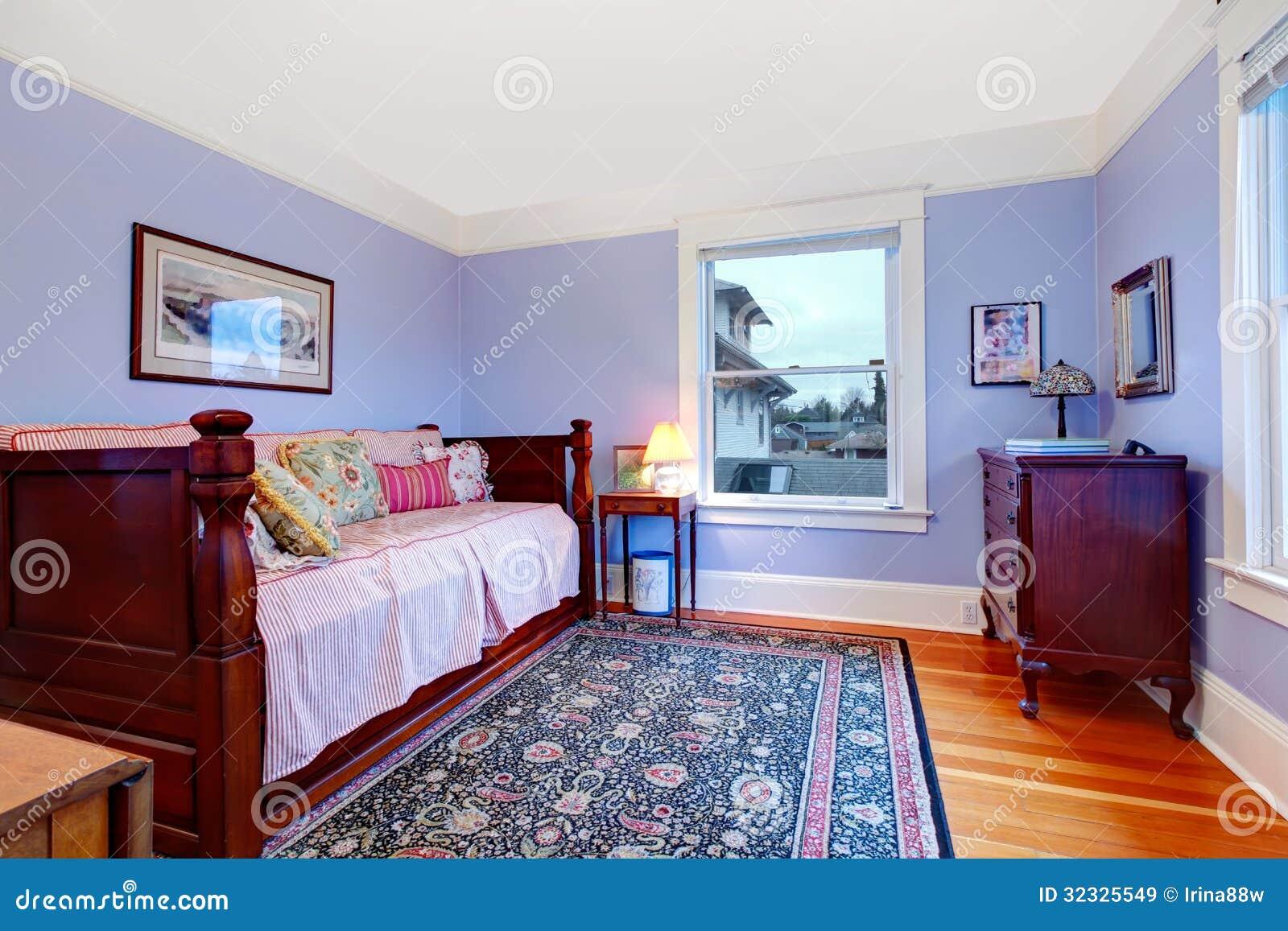 Camera da letto di ospite porpora con il singolo letto di - Camera letto singolo ...