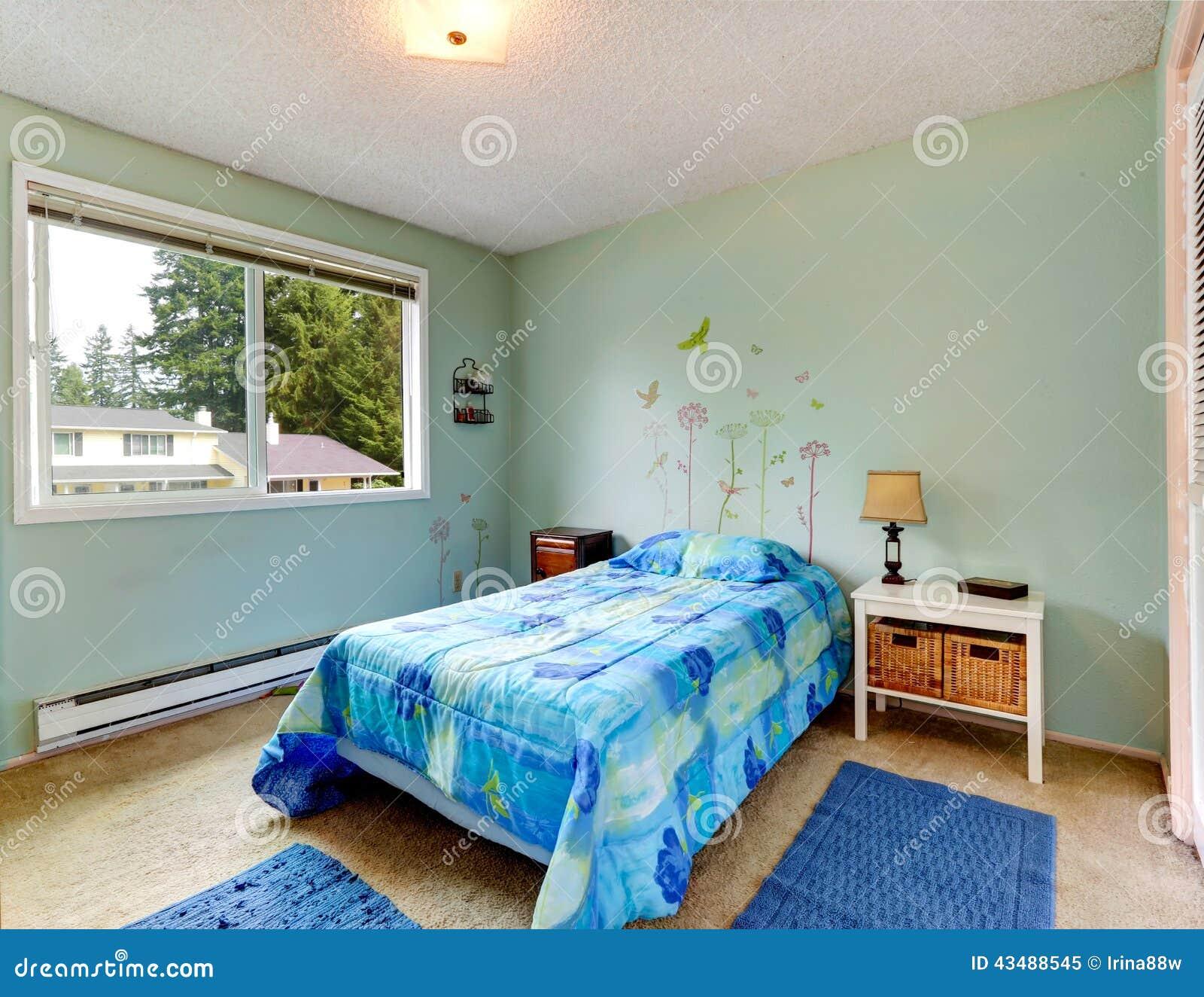 Camera da letto di toni dell 39 acqua piccola con letto for Camere da letto piccole