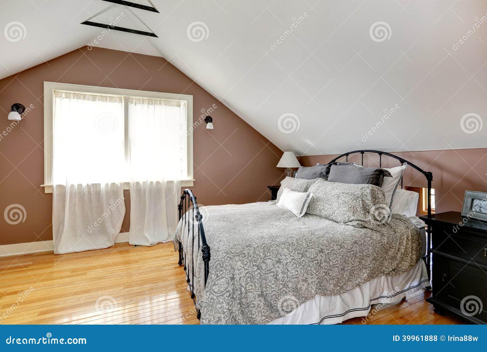 Camera da letto di velux con il letto antico fotografia - Camera da letto antica ...