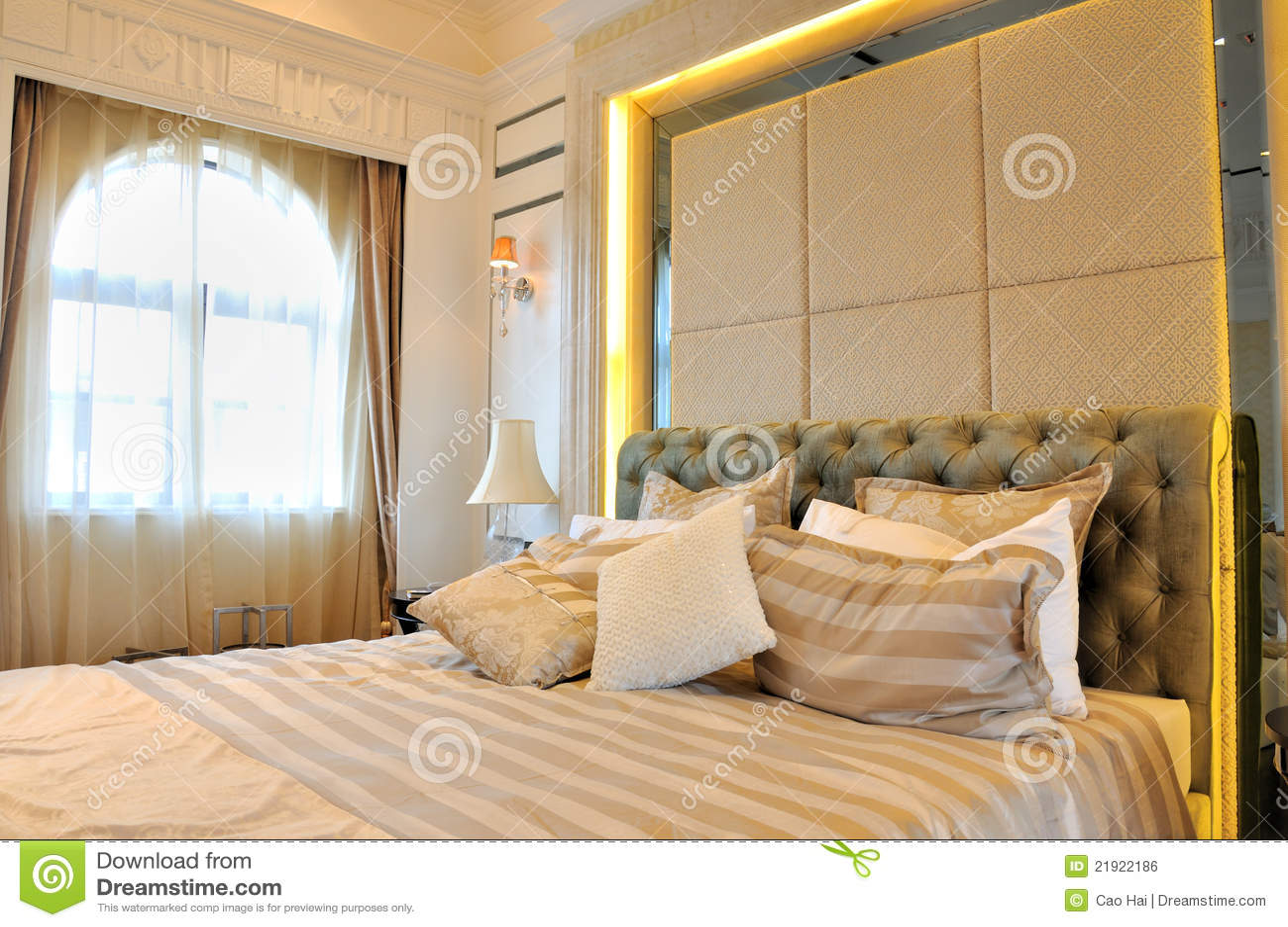 Camera da letto e finestra con illuminazione della tenda - Illuminazione per camera da letto ...