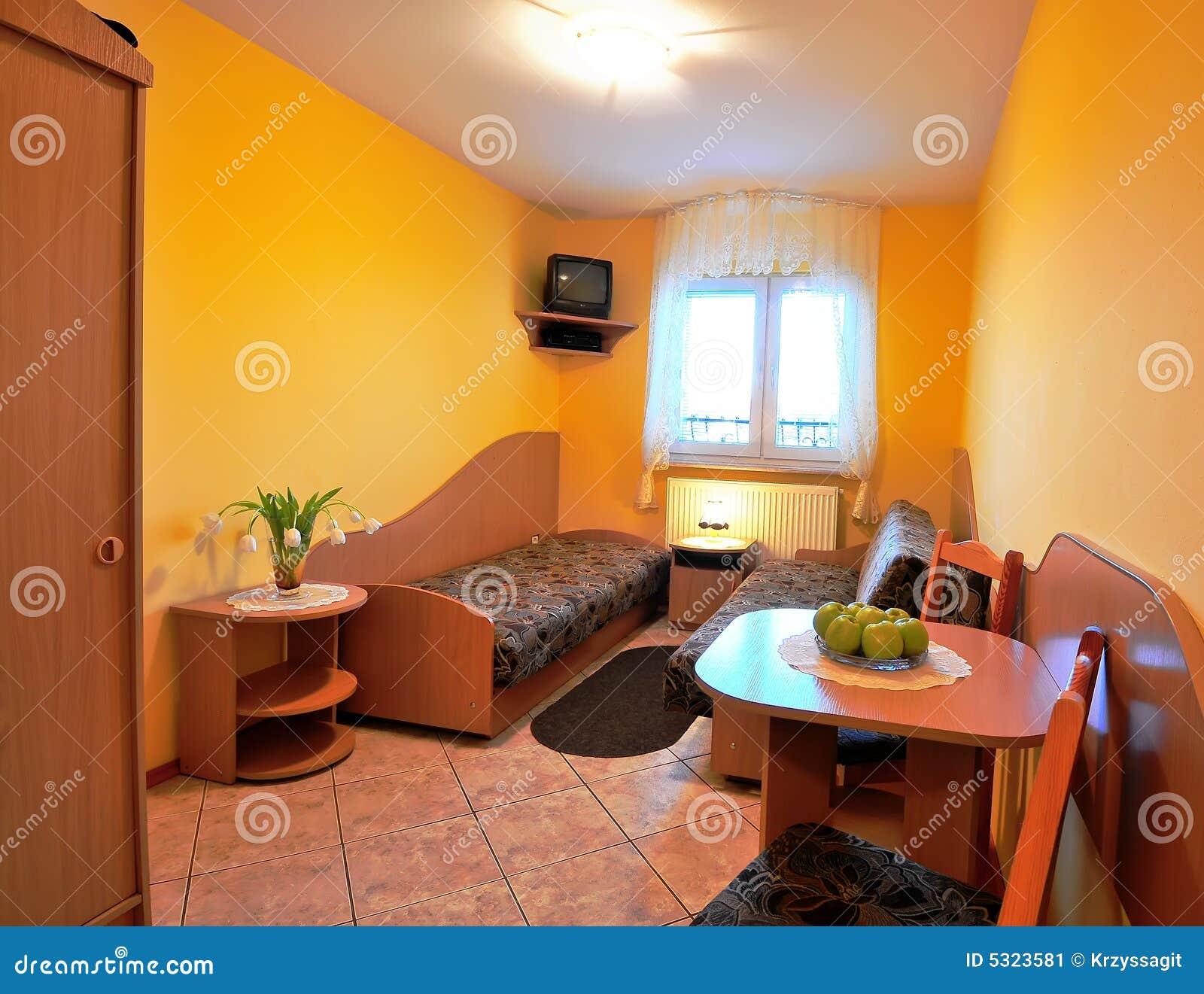 Download Camera Da Letto Gialla Dell'hotel Immagine Stock - Immagine di ammobiliato, presidenza: 5323581