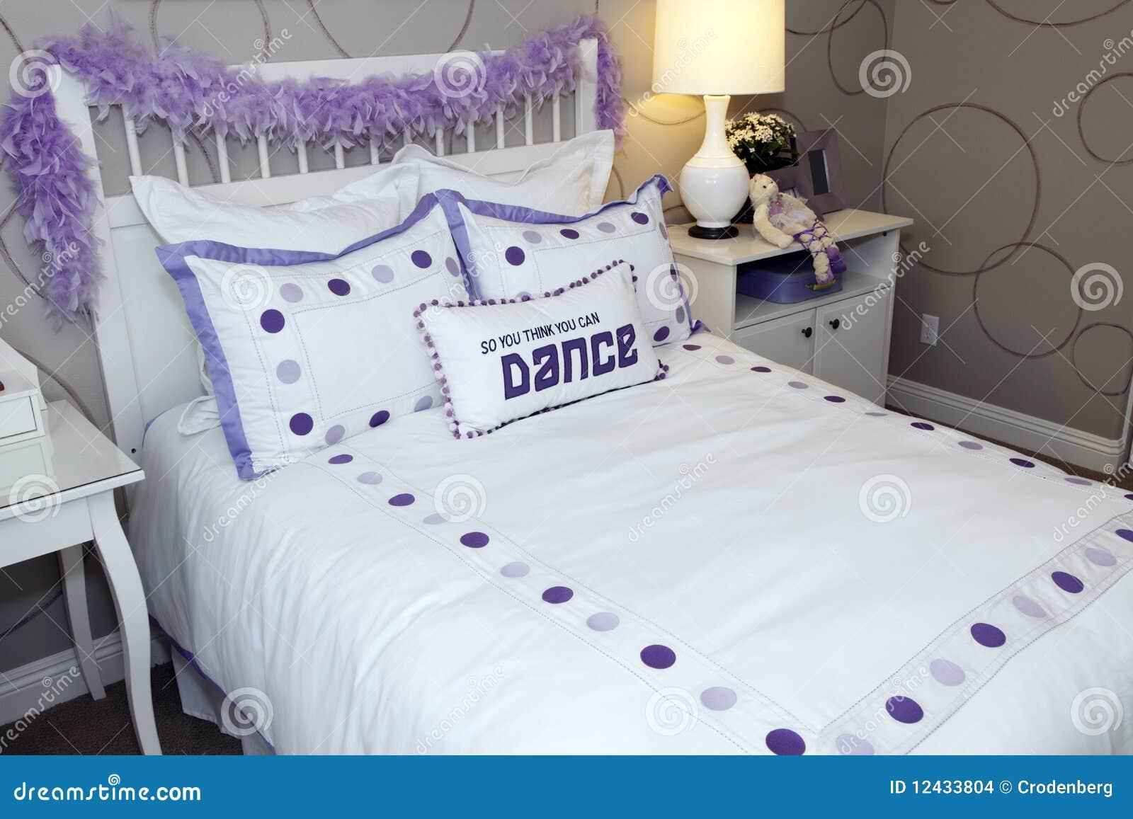 Camere Da Letto Giovanili : Camera da letto giovanile fotografia stock immagine di base