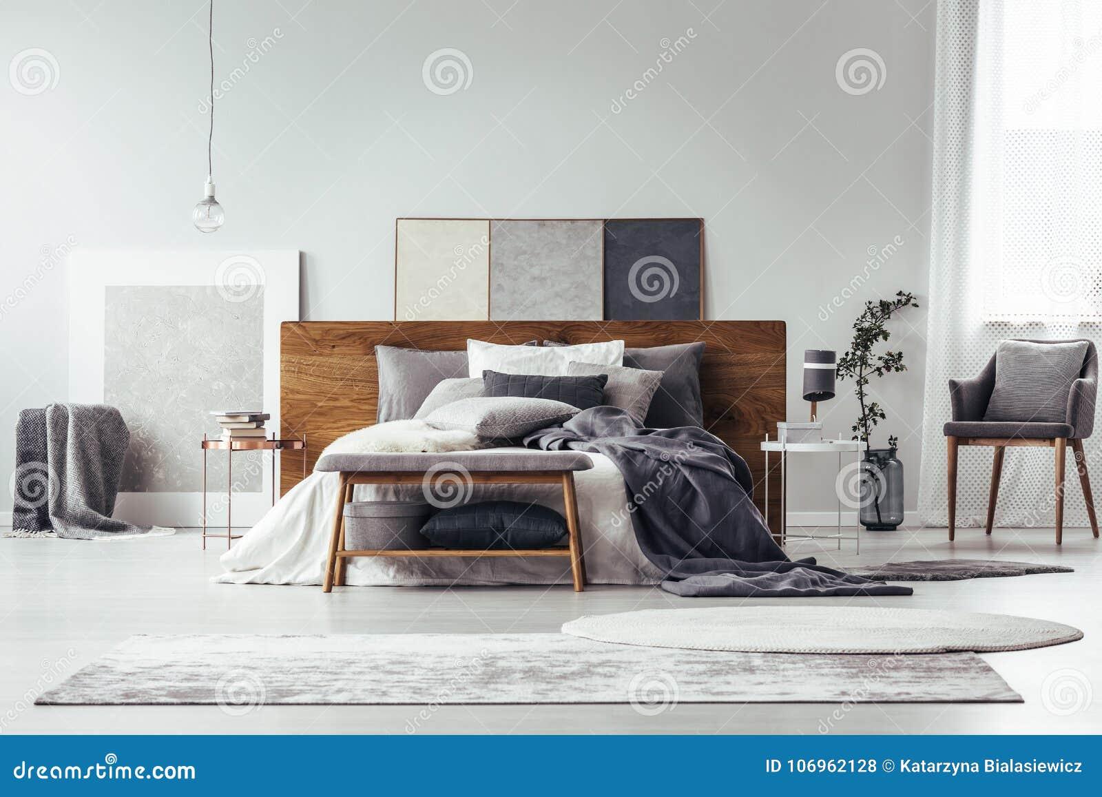 Pittura Stanza Da Letto camera da letto grigia con pittura semplice fotografia stock