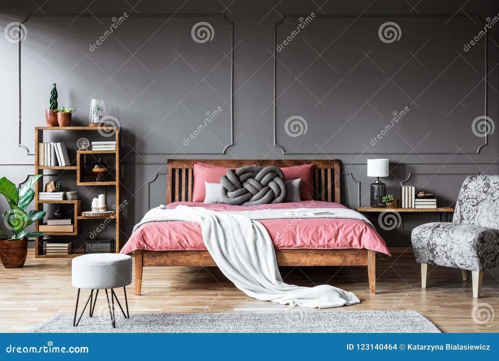 Camera Da Letto Grigia camera da letto grigia e rosa moderna fotografia stock