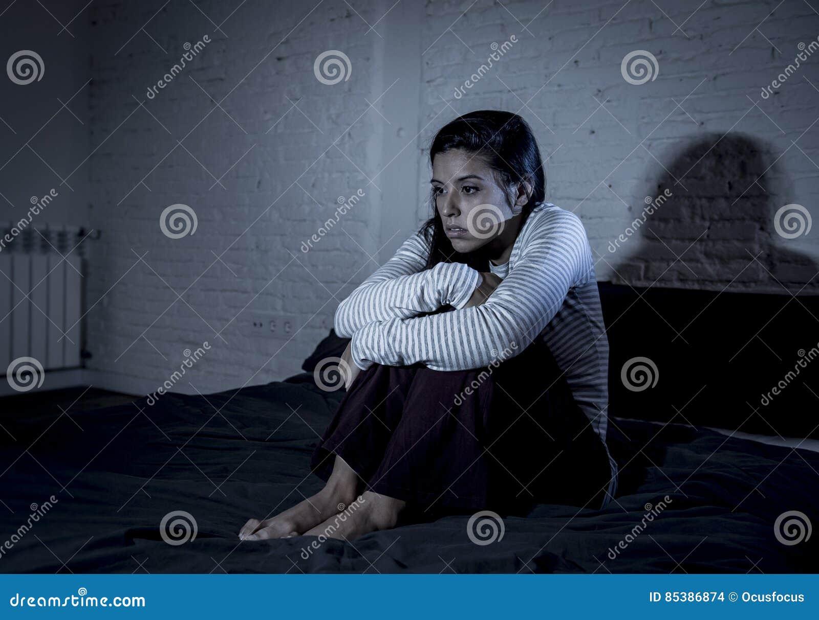 Camera da letto ispana della donna a casa che si trova a letto tardi alla notte che prova a - Letto che si chiude ...