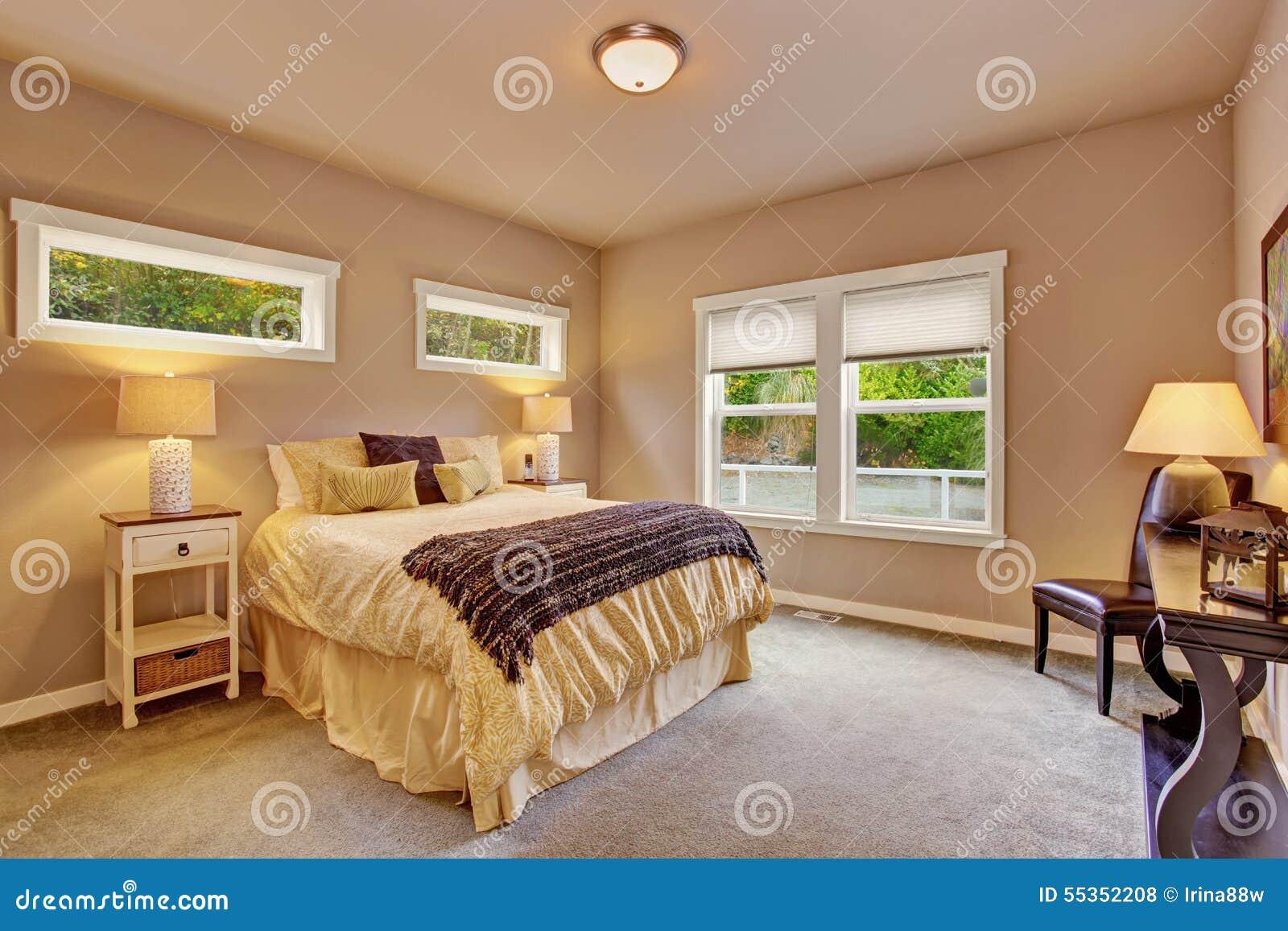 Camera da letto luminosa con tappeto e le finestre