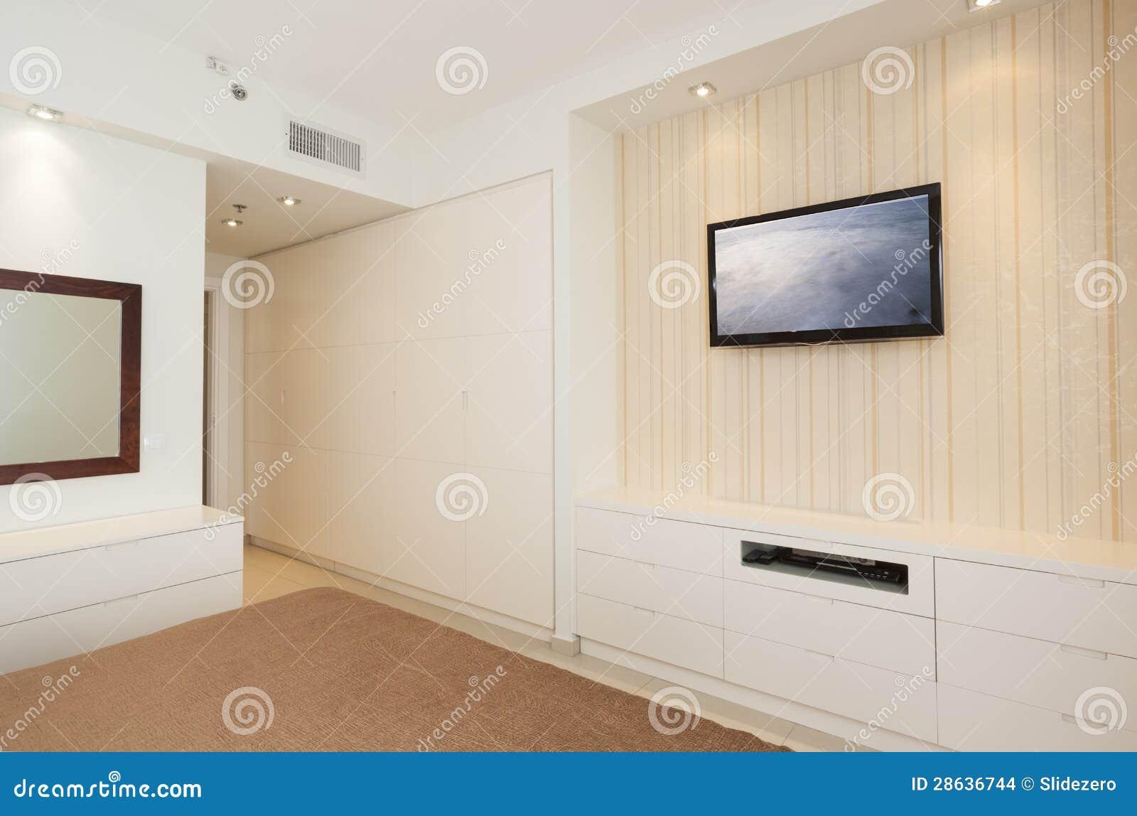 Camera Da Letto Luminosa Di Lusso Con HD TV Immagini Stock - Immagine: 28636744