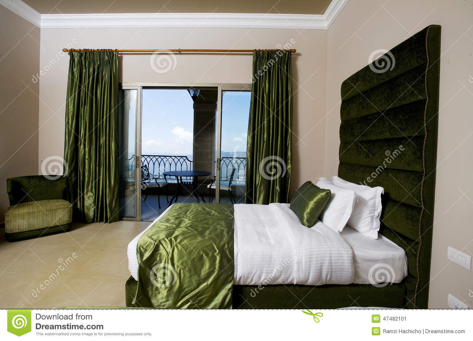 Camera Da Letto Lussuosa Con I Balconi, Camera Da Letto Dell\'hotel ...