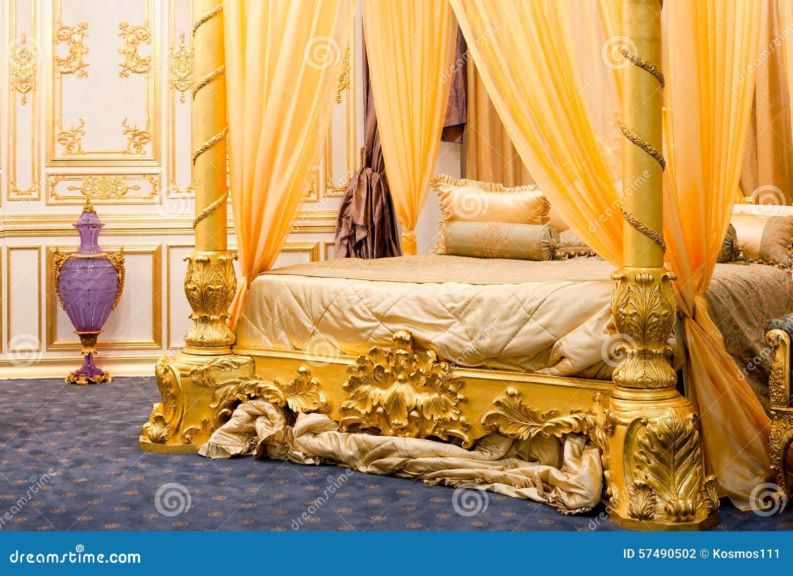 Camera da letto lussuosa con letto a baldacchino fotografia stock immagine di lusso - Camera da letto baldacchino ...