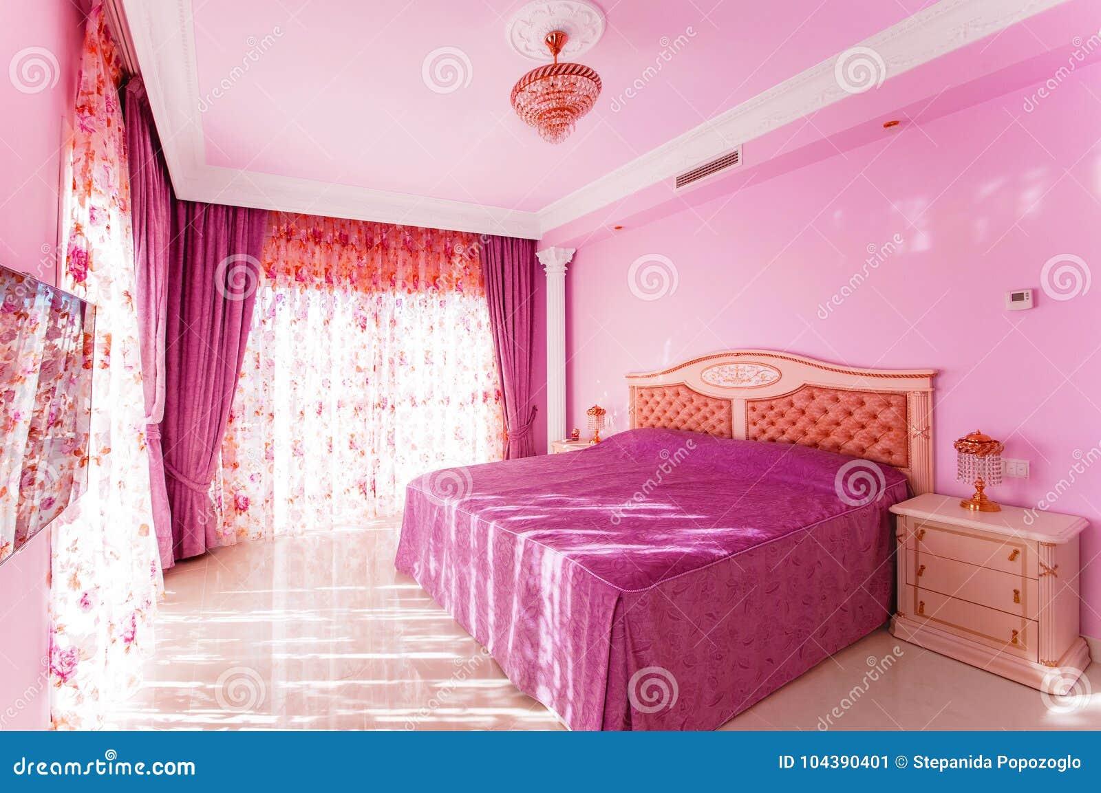 Camera Da Letto Color Rosa : Camera da letto lussuosa con un colore rosa luminoso con le