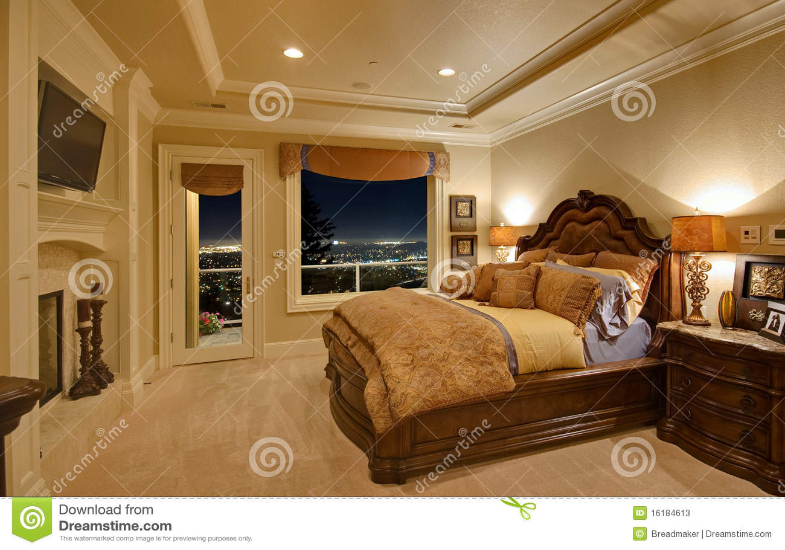 Camera da letto lussuosa con una vista fotografie stock for Design della camera di lusso