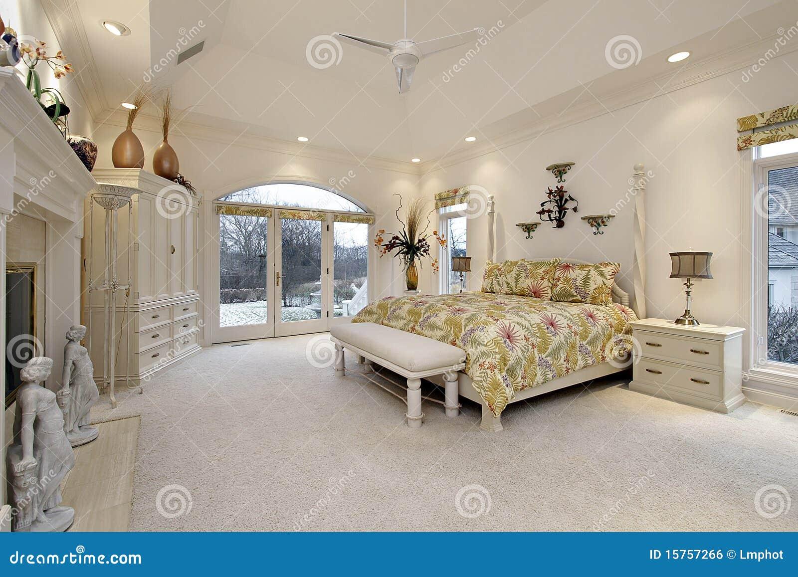 Camera da letto matrice con il camino bianco fotografia stock immagine di base propriet - Camera da letto con camino ...