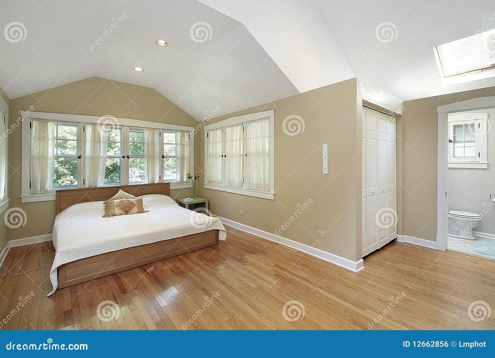 Camera da letto matrice con il lucernario fotografia stock immagine di residenziale propriet - Camera da letto con camino ...