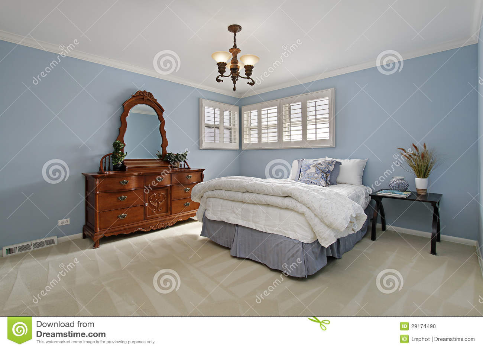 Camera da letto matrice con le pareti blu fotografia stock - Decorazione pareti camera da letto ...