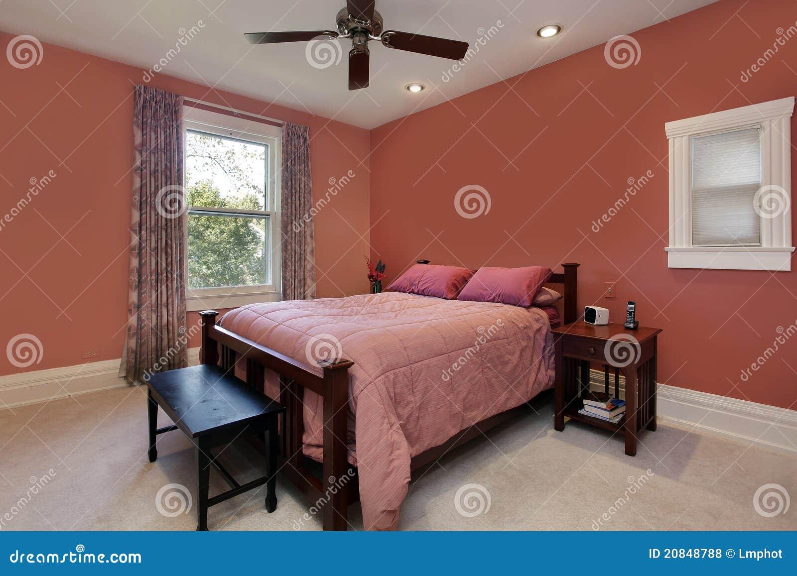 ... da Diritti: Camera da letto matrice con le pareti colorate pesca