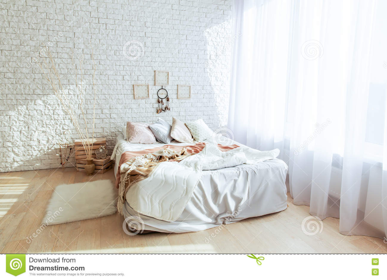 Camera da letto minimalista con il grandi letto e muro di for Letto minimalista