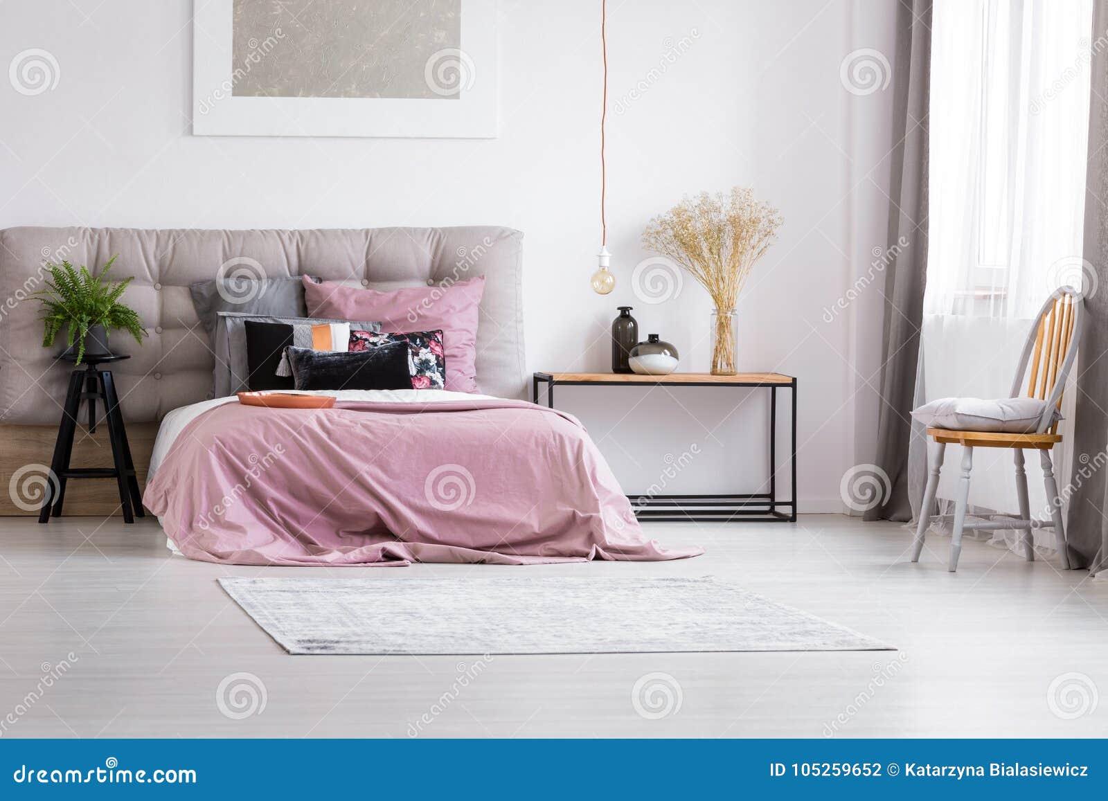 Illuminazione Camera Da Letto Contemporanea : Camera da letto minimalista con illuminazione contemporanea