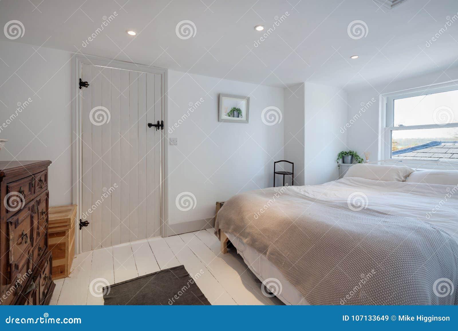 Camera da letto minimalista del cottage decorata nel for Letto minimalista