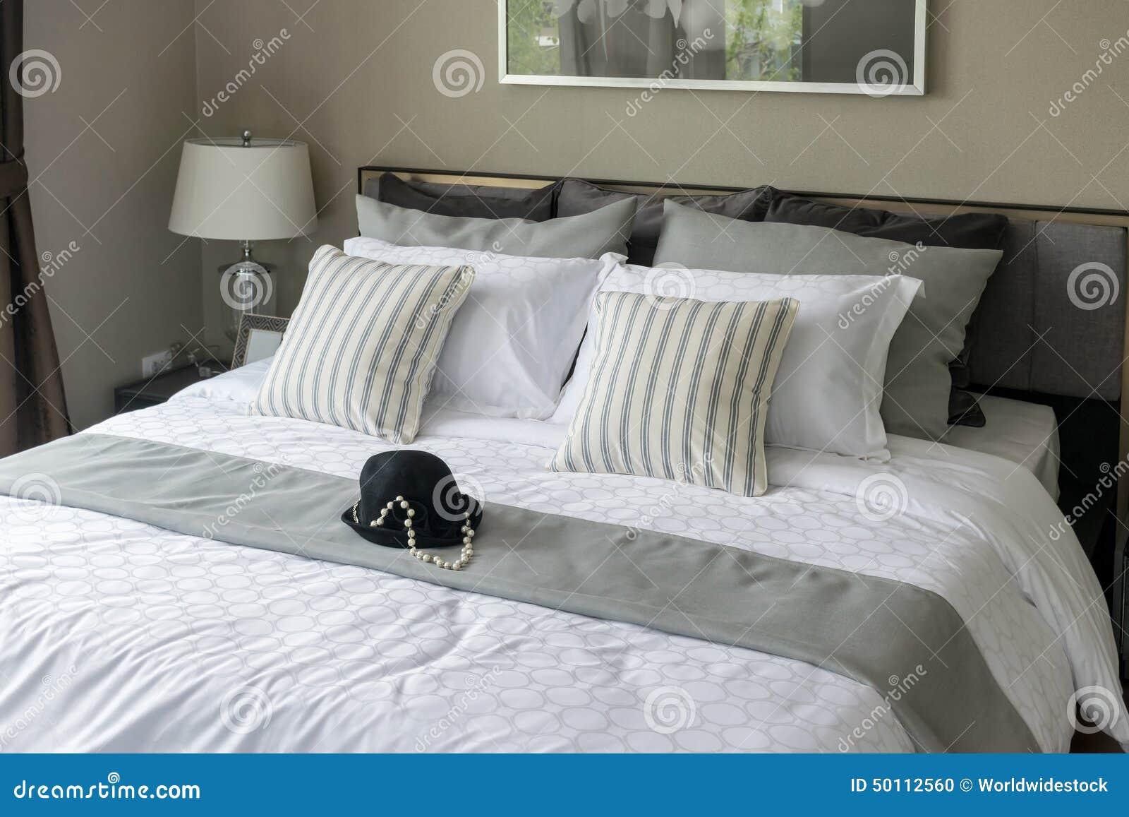 Camera da letto moderna con i cuscini a strisce fotografia stock immagine di strato - Letto con cuscini ...