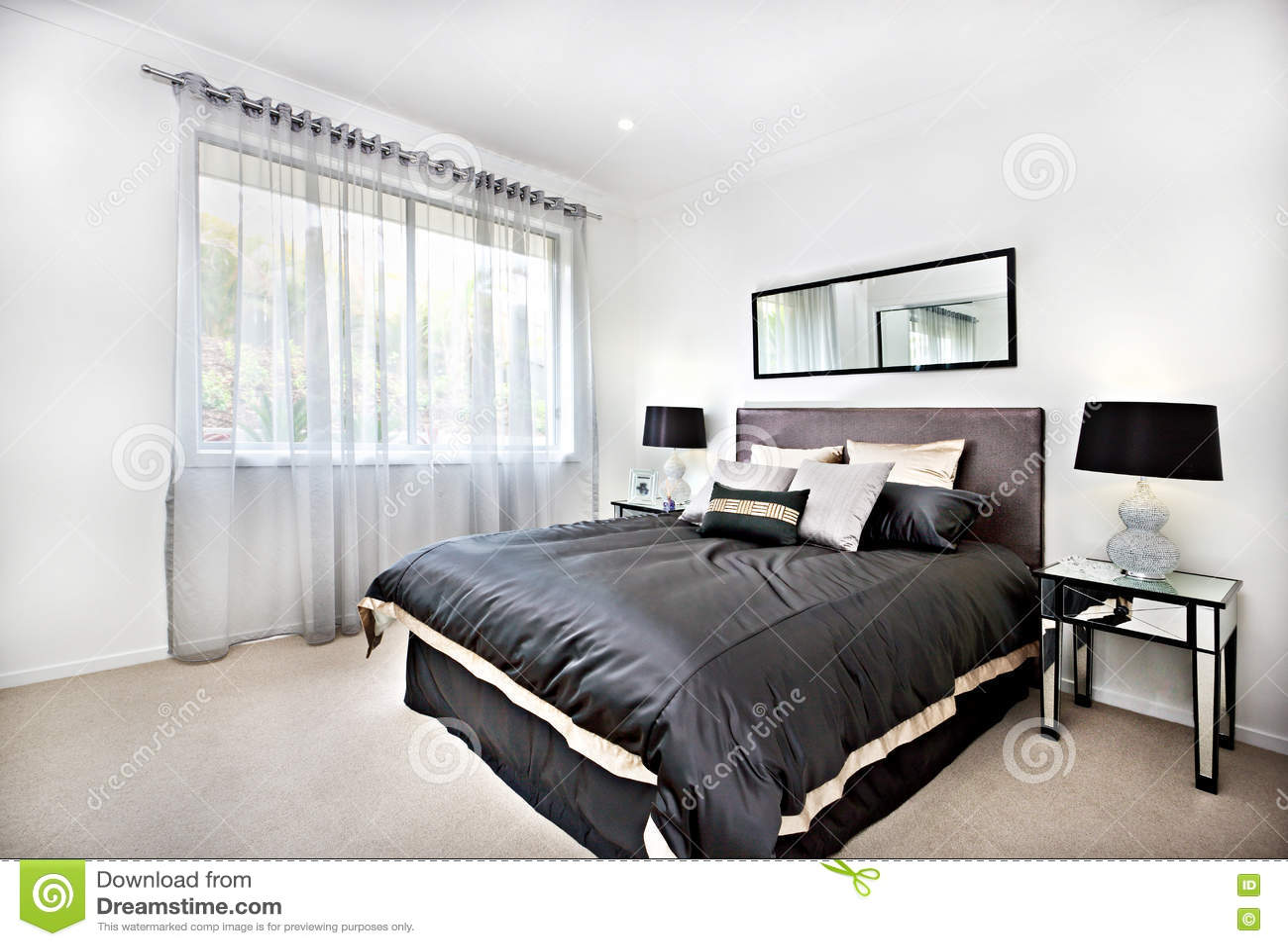 Camera da letto moderna con la decorazione nera e specchio for Lampade stanza da letto