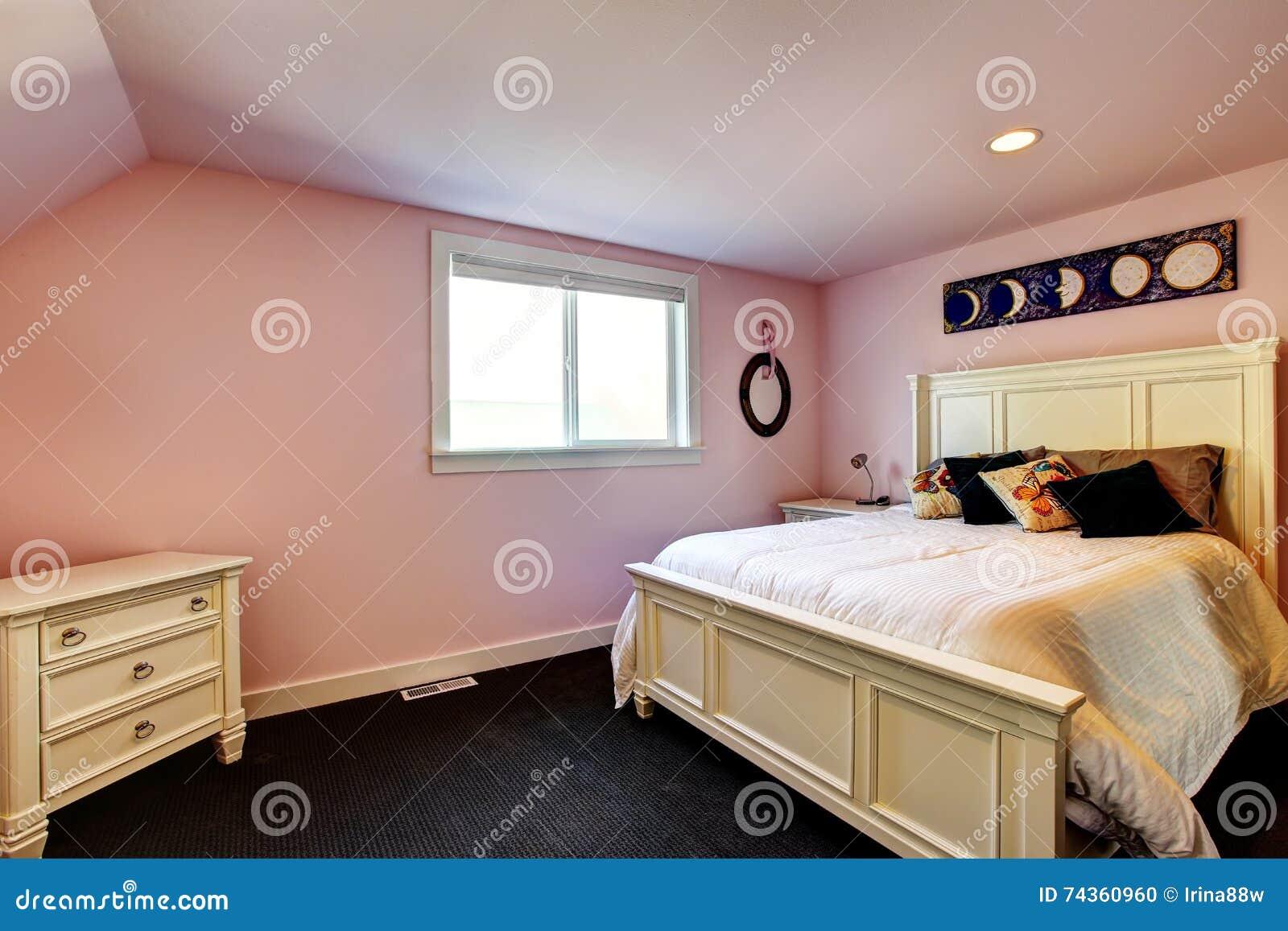 Camera da letto moderna con le pareti nei toni rosa pavimento di tappeto fotografia stock for Pareti camera da letto moderna