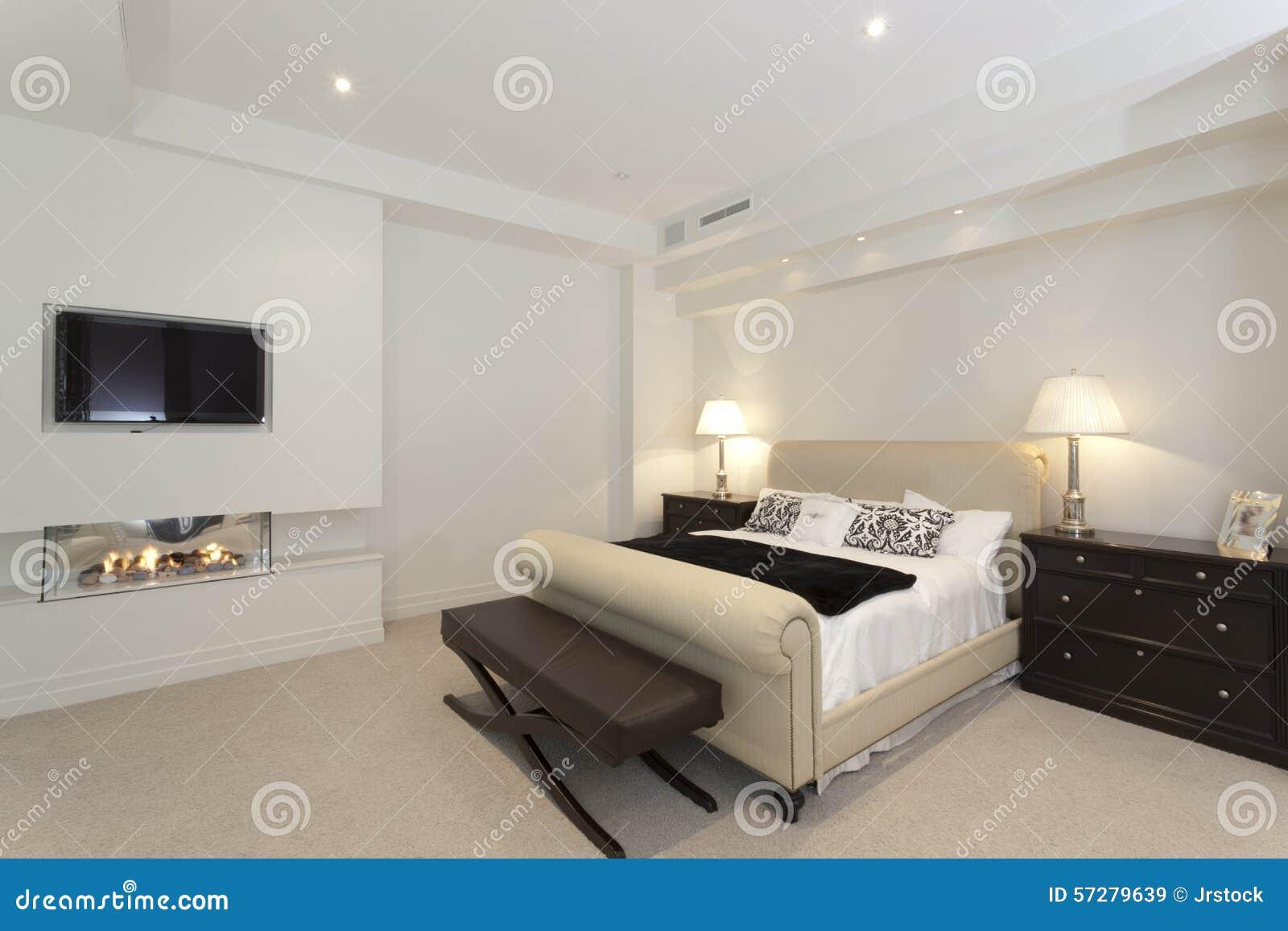 Camera da letto moderna con un camino immagine stock - Camera letto moderna ...
